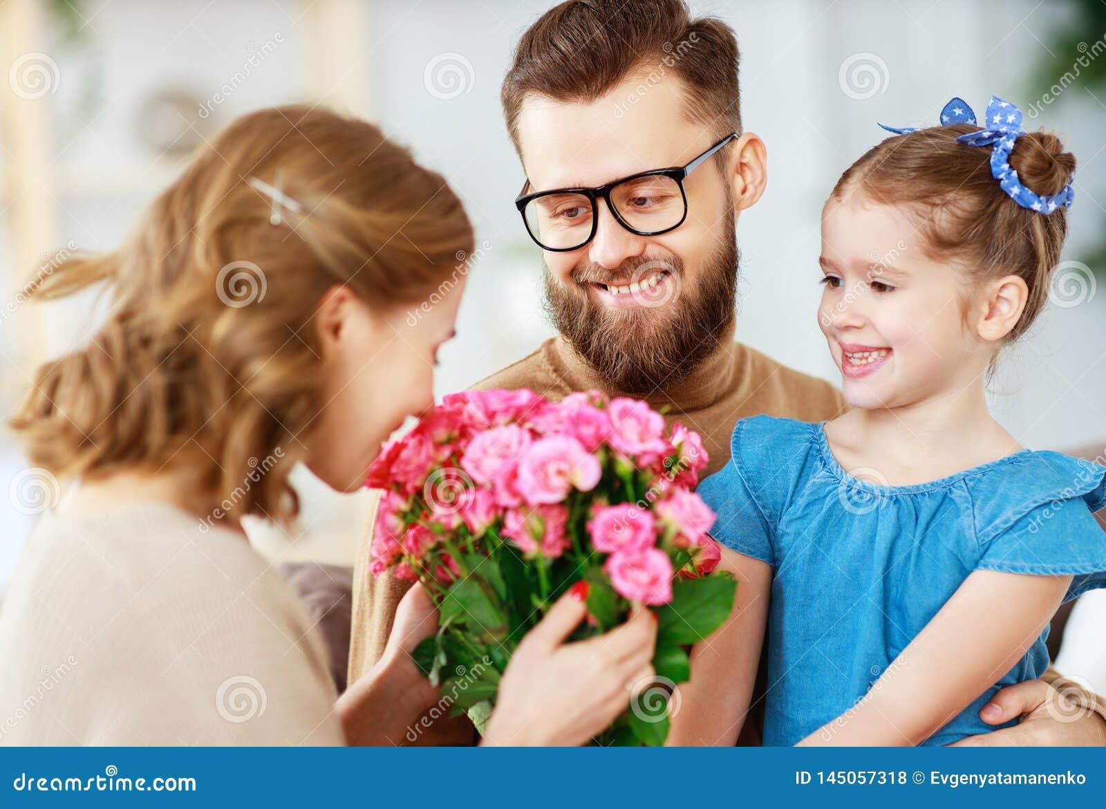?El d?a de madre feliz! el padre y el ni?o felicitan a la madre el d?a de fiesta