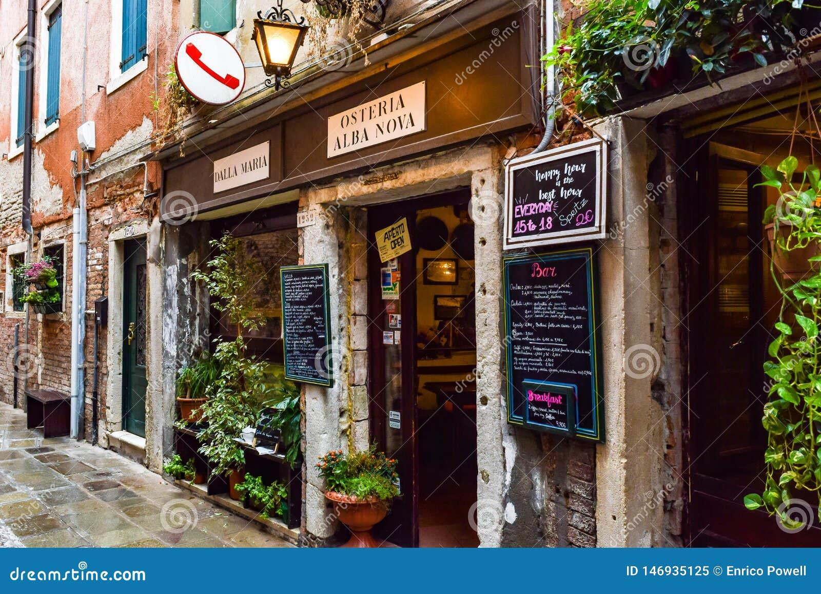 El dalla Maria de Osteria Alba Nova, una pequeña familia poseyó el restaurante en Venecia, Italia