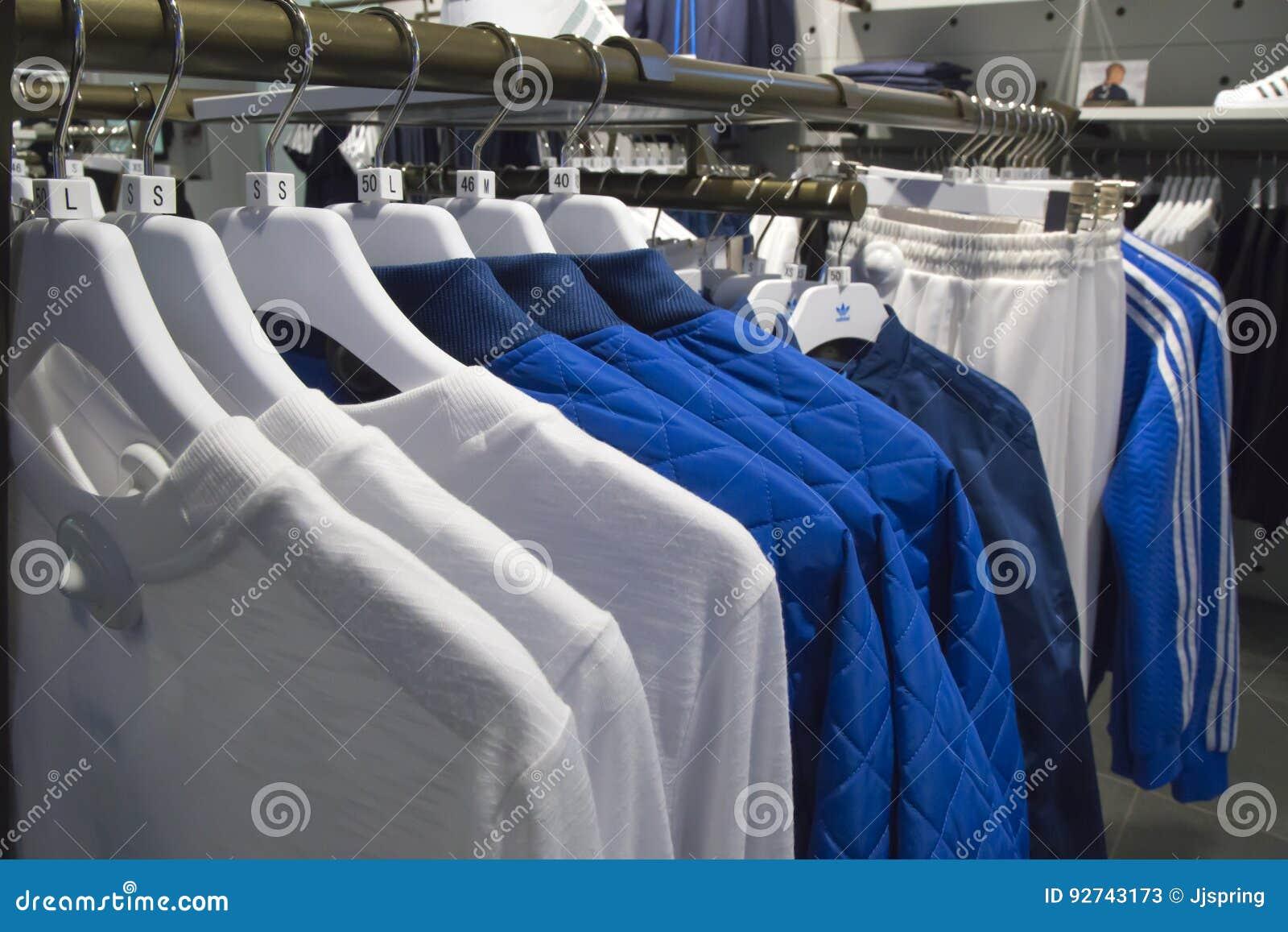 audición guirnalda Inmigración  El Deporte De Adidas Viste En Los Estantes En Una Tienda Foto de archivo  editorial - Imagen de adidas, tienda: 92743173