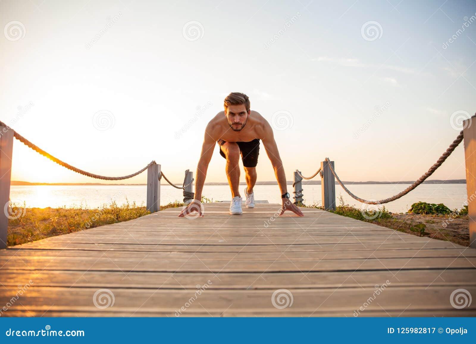 El deportista joven de Concentrared está listo para correr al aire libre por la mañana