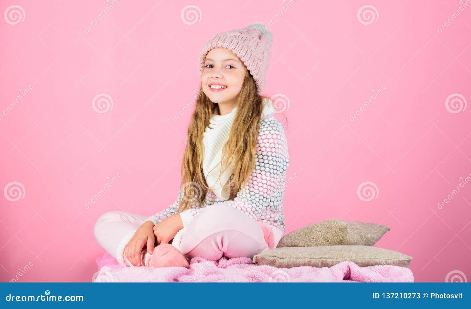 El desgaste de la muchacha del niño hizo punto el fondo suave del rosa del sombrero Mantenga los géneros de punto suaves después