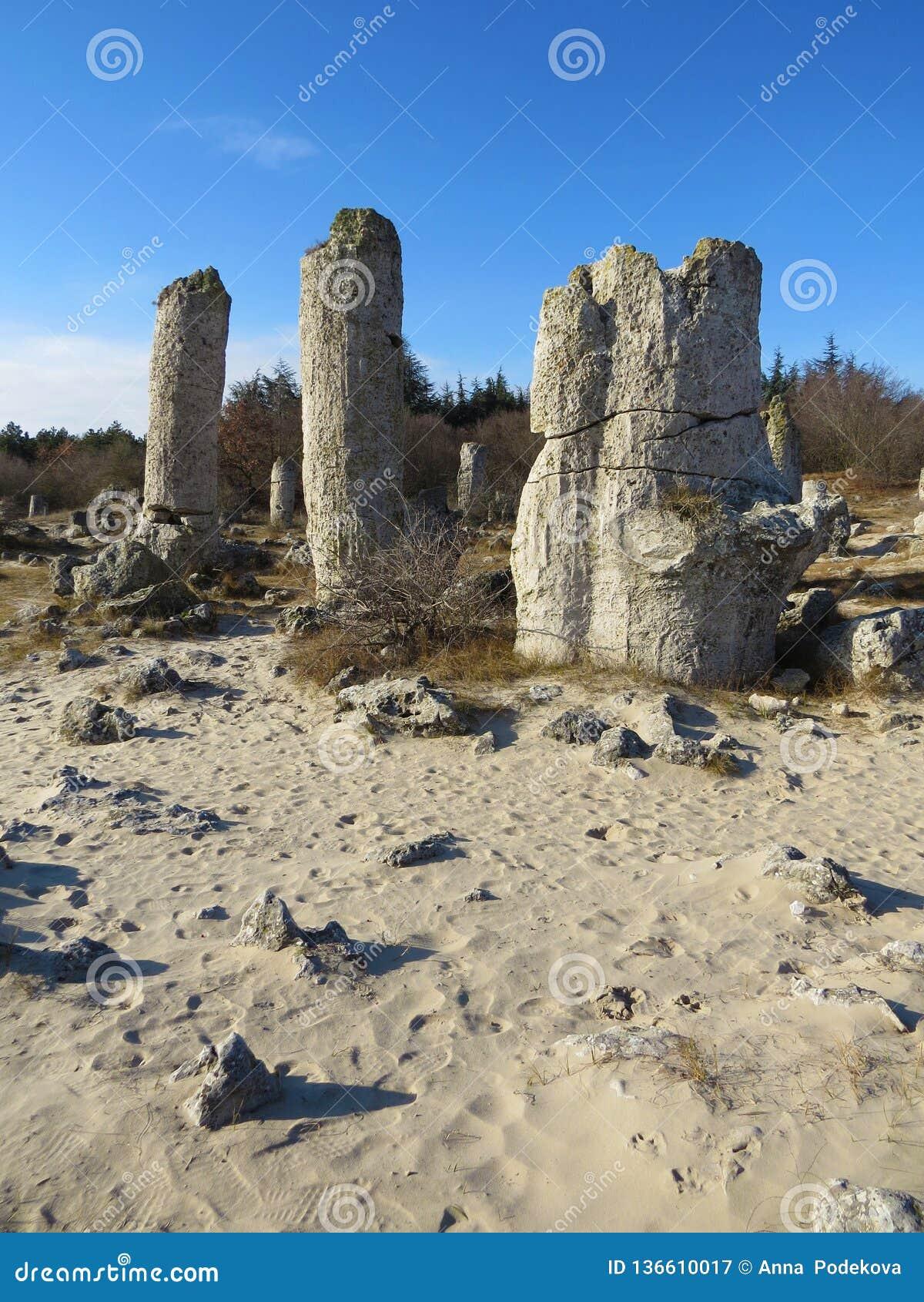 El desierto de piedra o el bosque de piedra cerca de Varna Formó naturalmente rocas de la columna Cuento de hadas como paisaje bu
