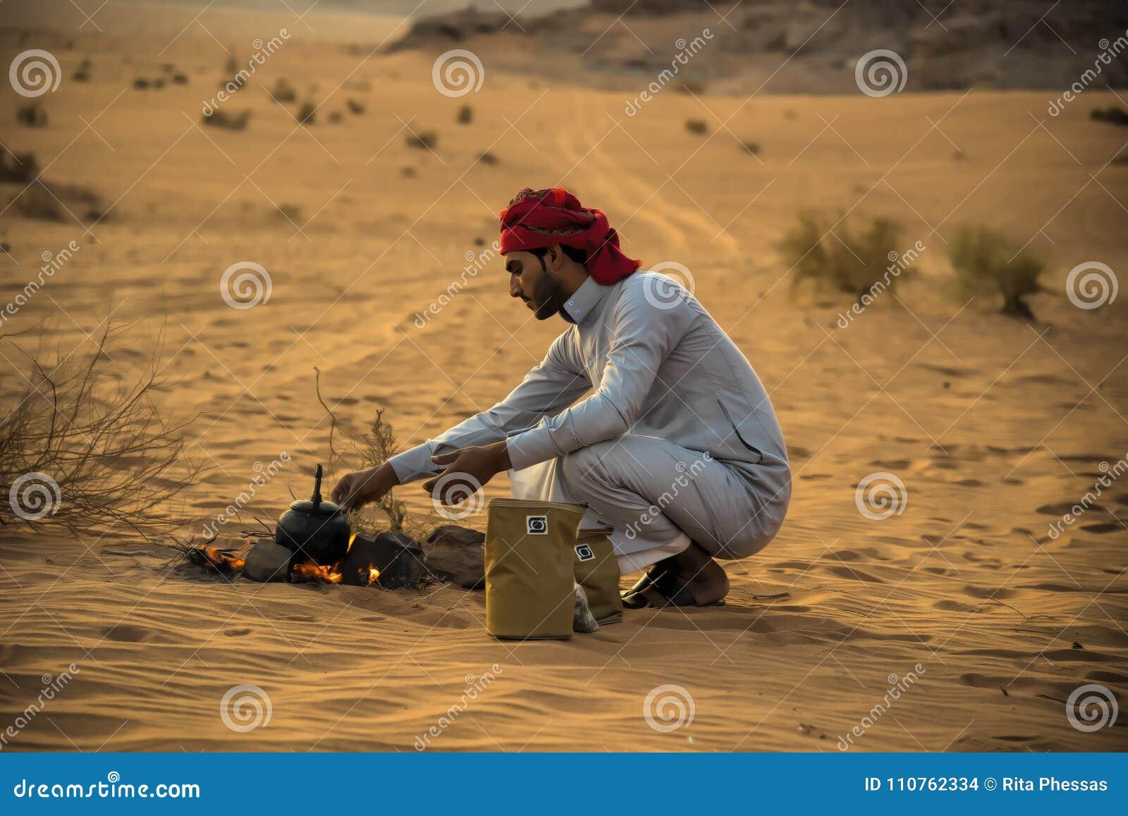 El desierto Jordania de Wadi Rum 17-9-2017 un hombre beduino, hace un fuego en el medio del desierto del ron del lecho de un río