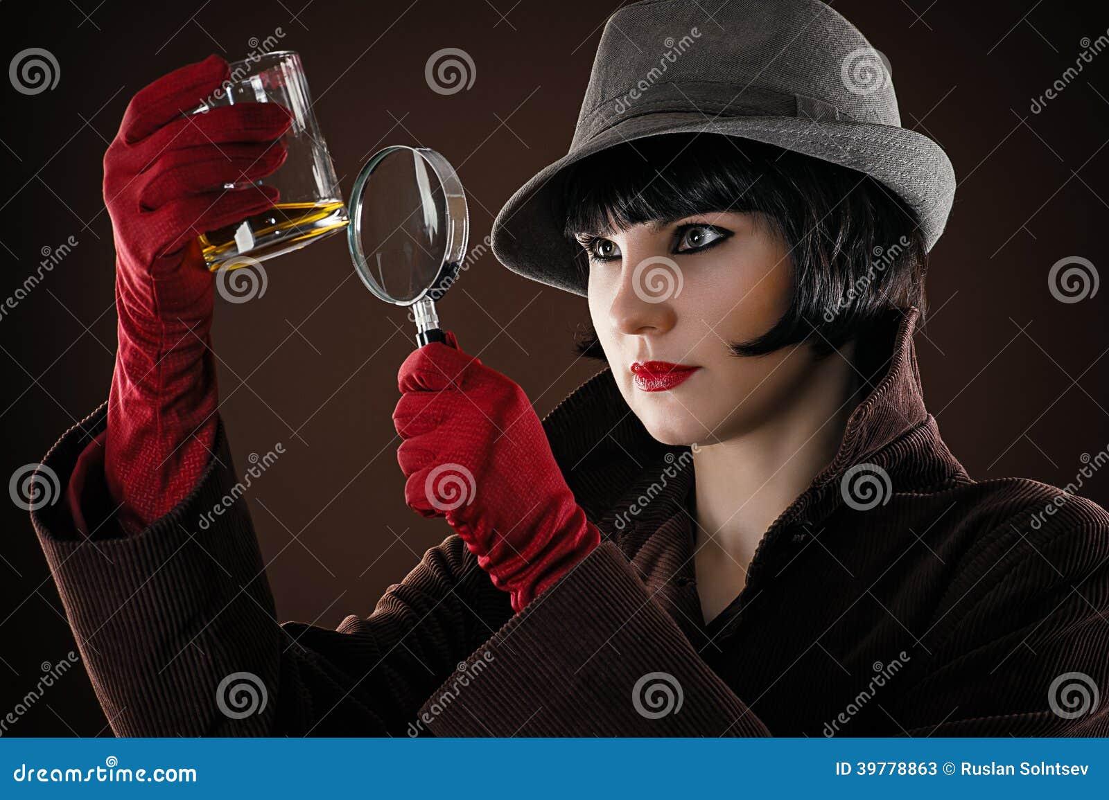 El detective de la mujer examina