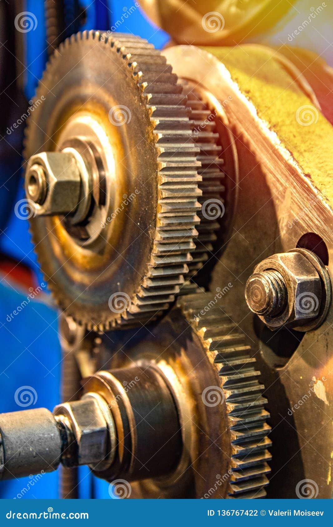 El diente grande rueda adentro la caja de engranajes del motor del mecanismo en una fábrica