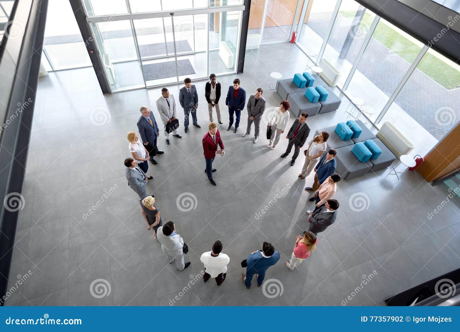 El director tiene reunión con los empleados