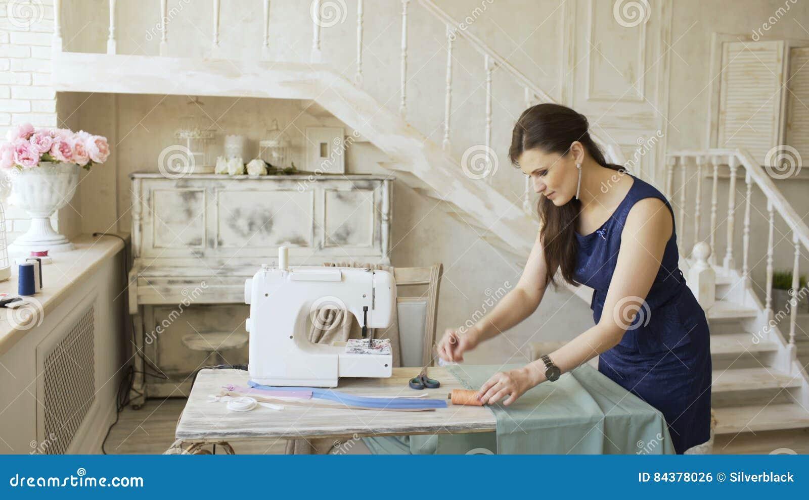 El Diseñador De La Ropa Y La Mujer Jovenes De La Costurera Cosen Con ...