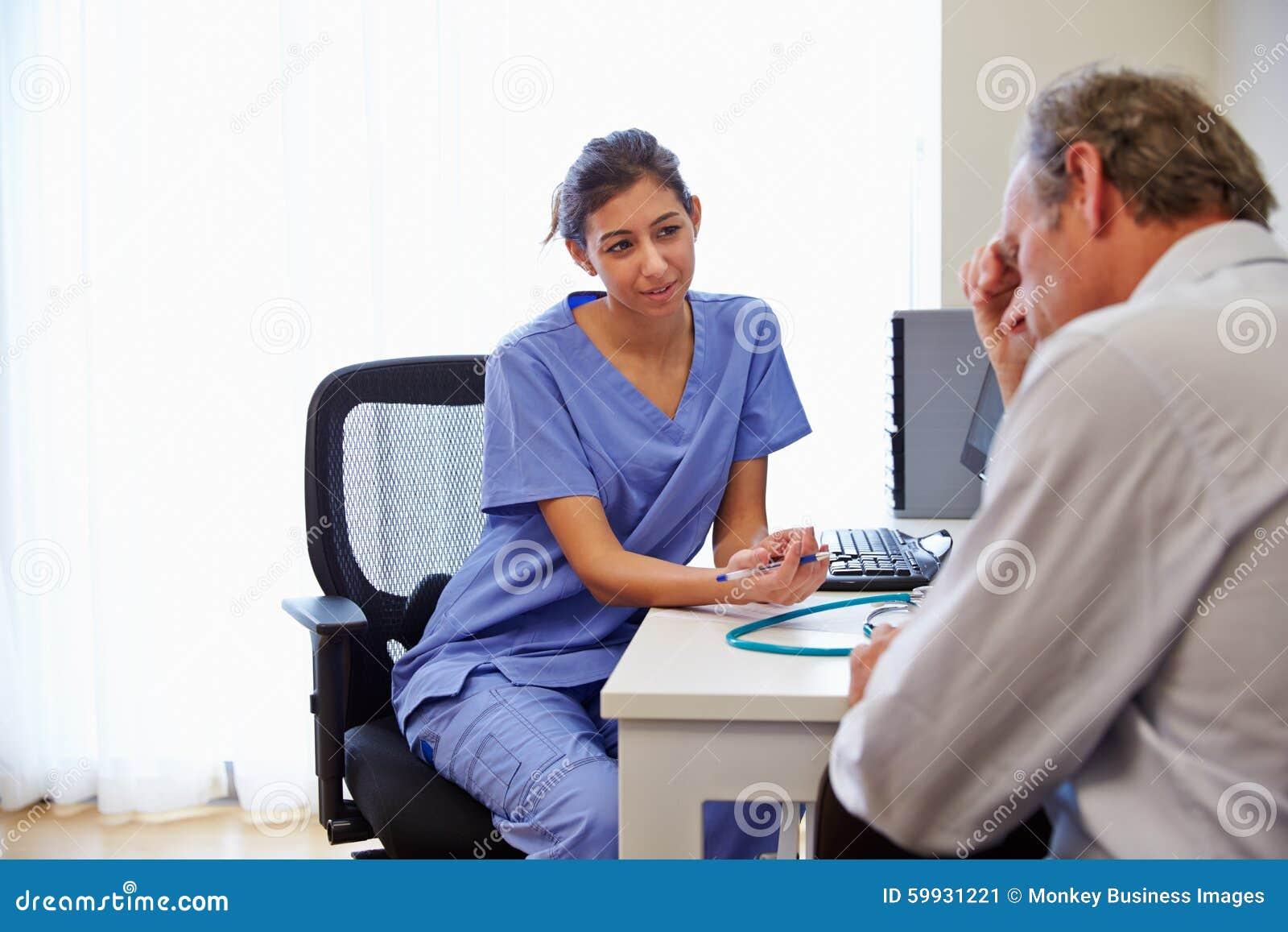 El doctor de sexo femenino Treating Patient Suffering con la depresión