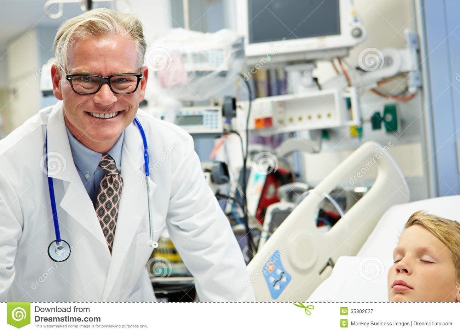 El doctor de sexo masculino With Sleeping Patient en sala de urgencias