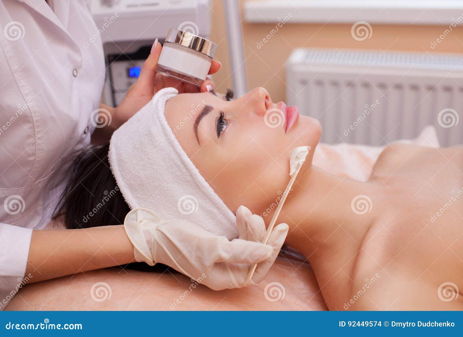 El doctor es un cosmetologist para el procedimiento de limpiar y de hidratar la piel, aplicando una máscara