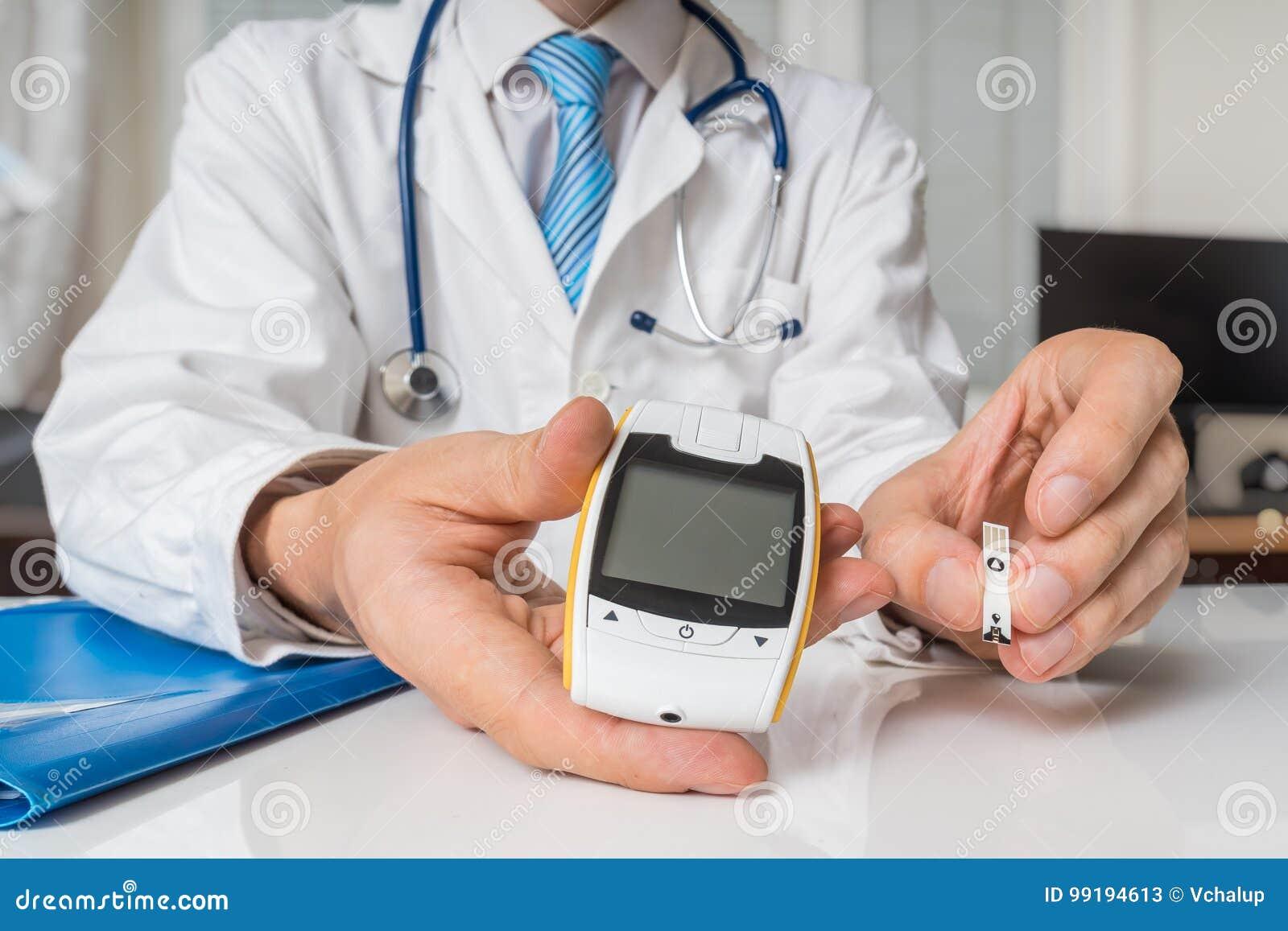 El doctor está dando glucometer al paciente diabético al azúcar de sangre de la medida Concepto de la diabetes