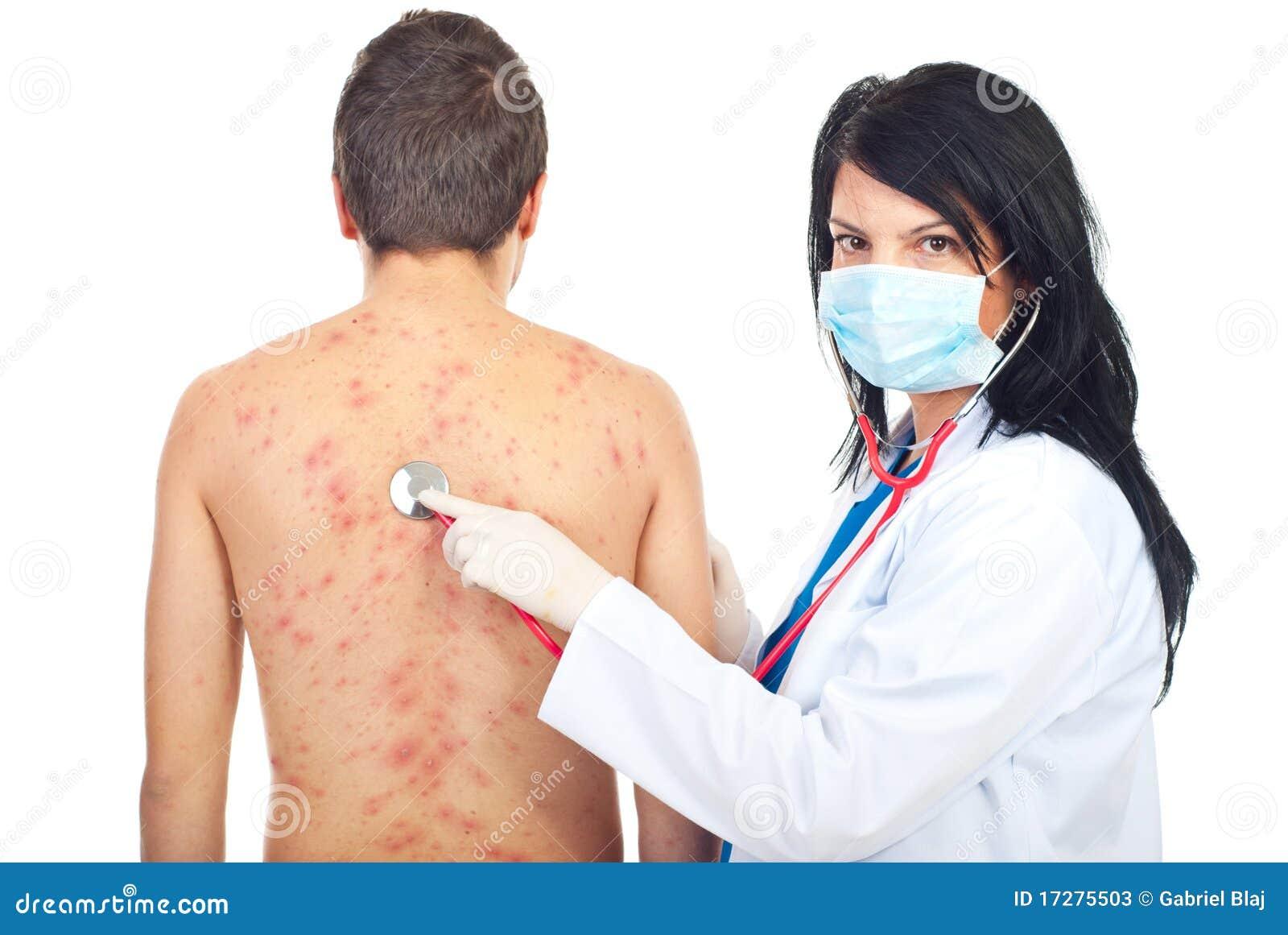 El doctor examina a mujeres desnudas