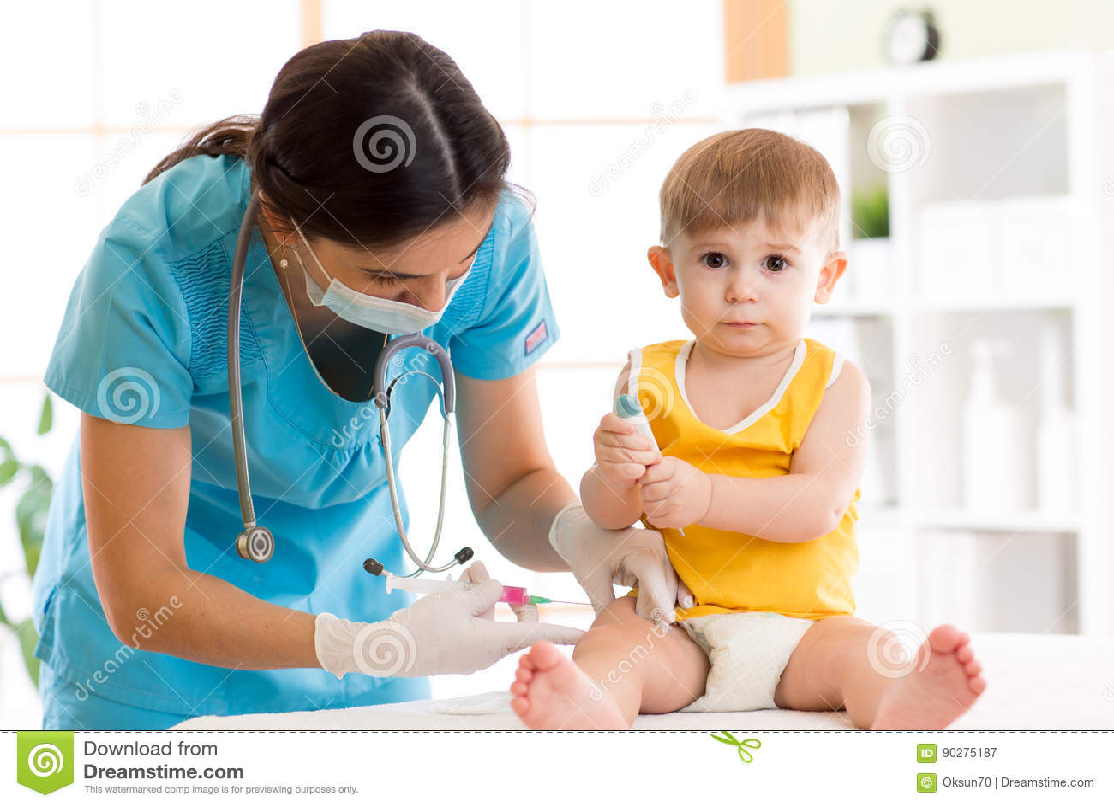 El doctor hace al bebé de la vacunación del niño de la inyección