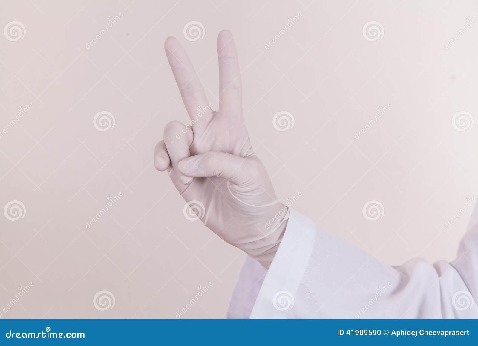 El doctor Hand con el guante en la posición que gana
