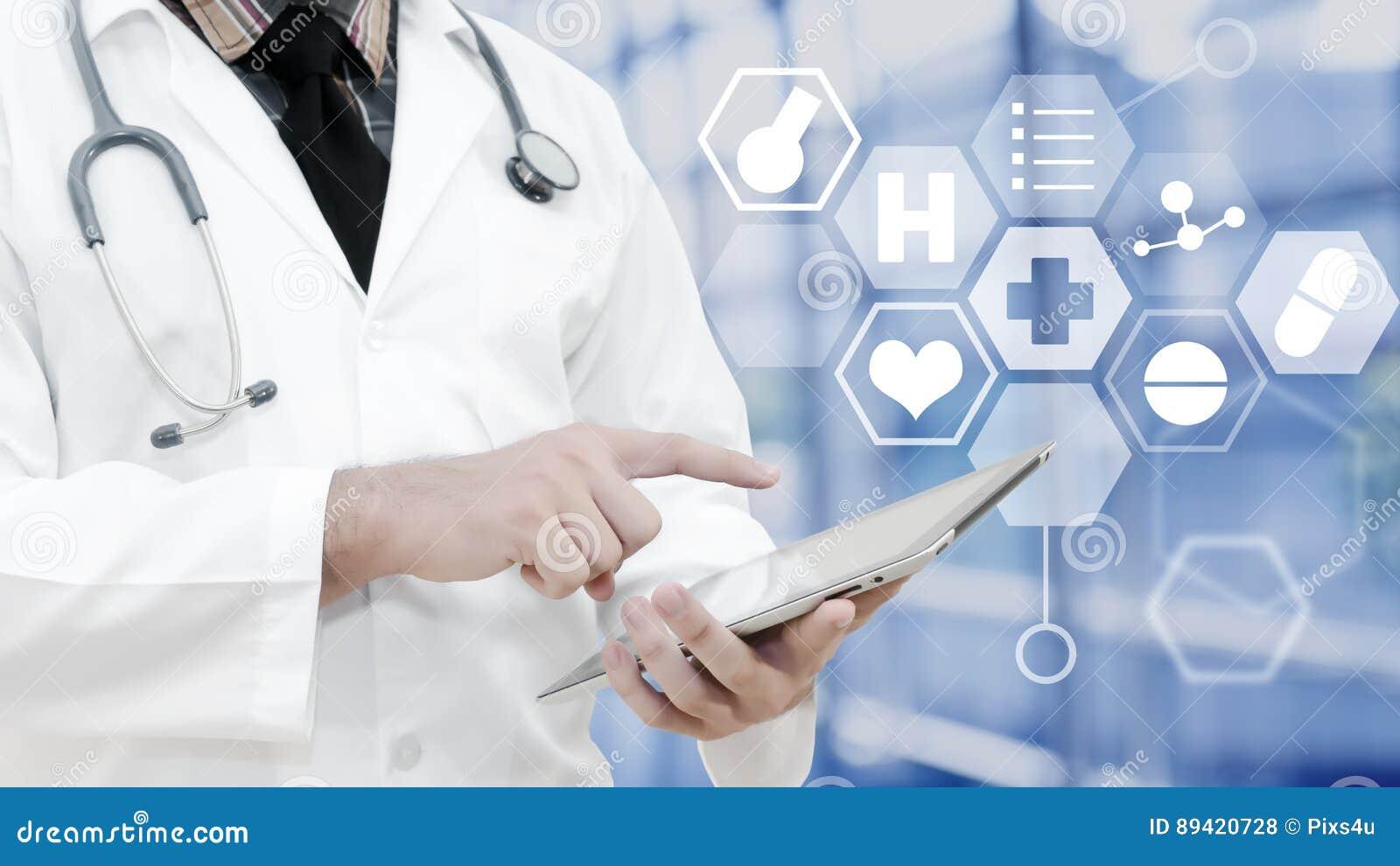 El doctor que toca en la tableta y el fondo es demostración Ico médico