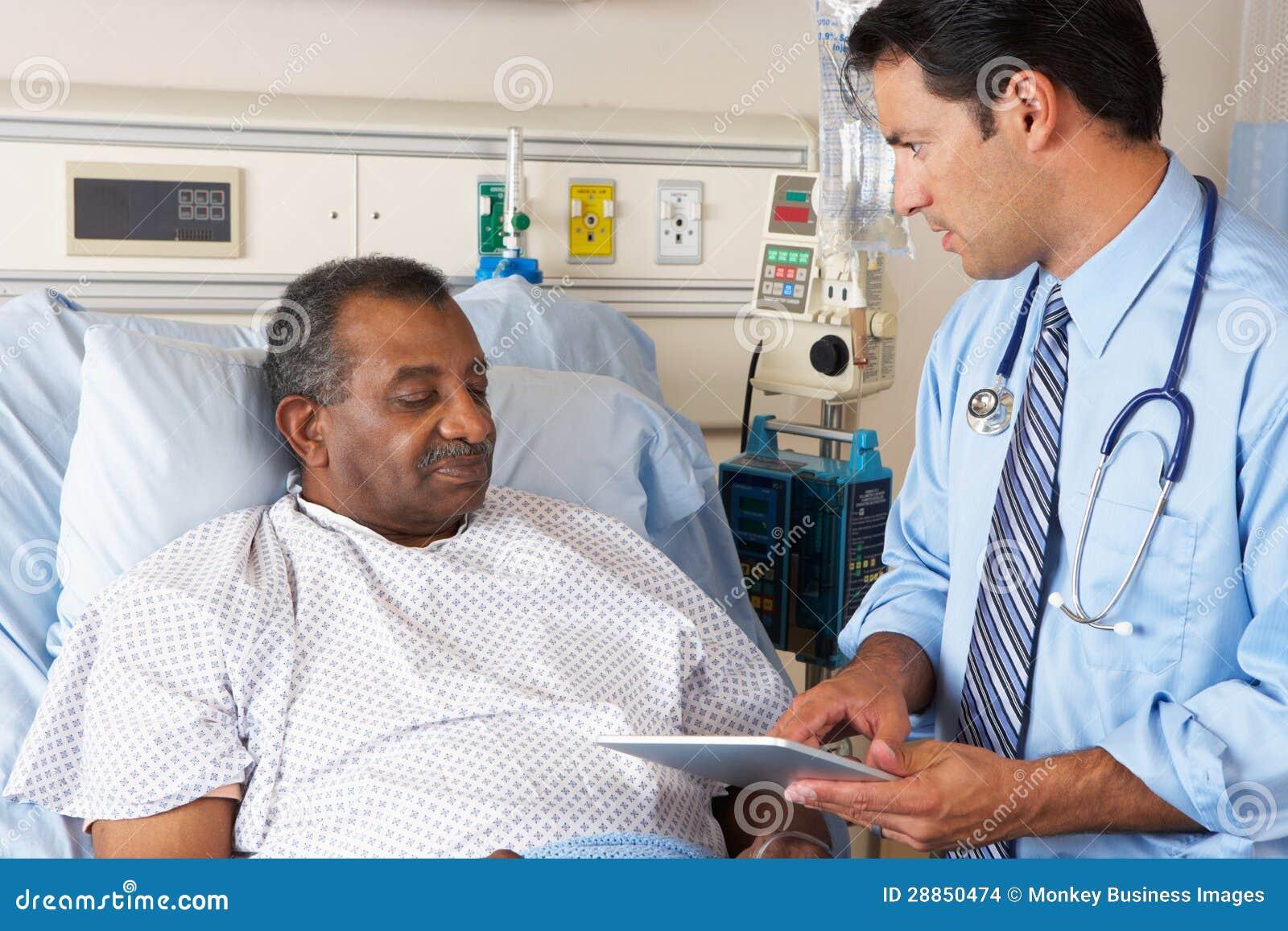 El doctor Using Digital Tablet en consulta con paciente