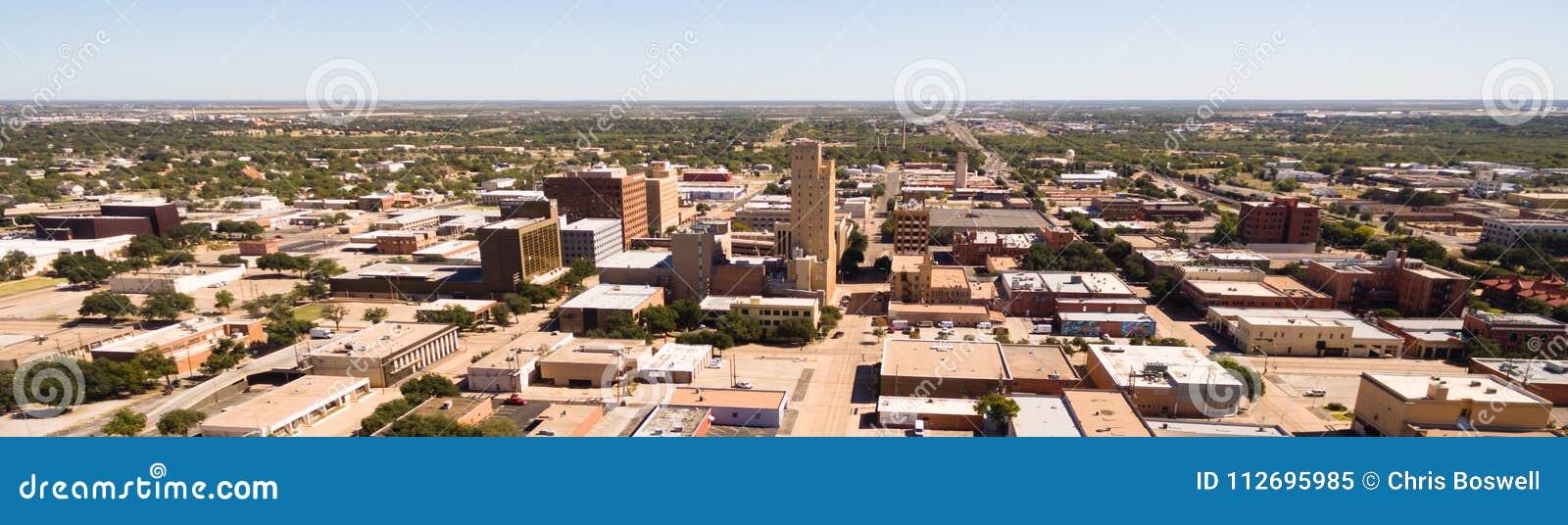 El domingo por la mañana sobre la calle vacía Lubbock Texas Downtown Skyline
