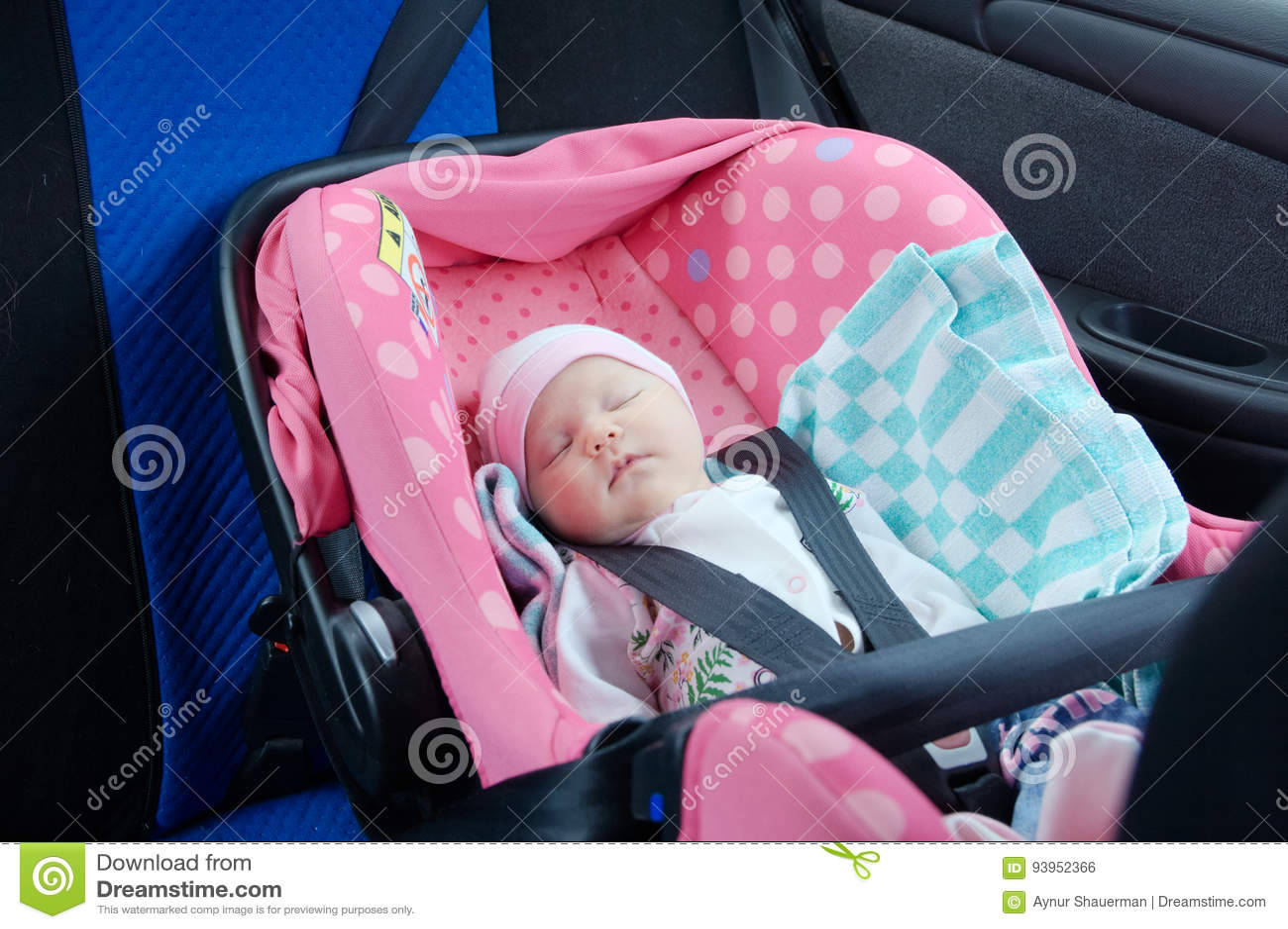 bf0633f27 El dormir recién nacido en asiento de carro Concepto de la seguridad Bebé  infantil conducción segura