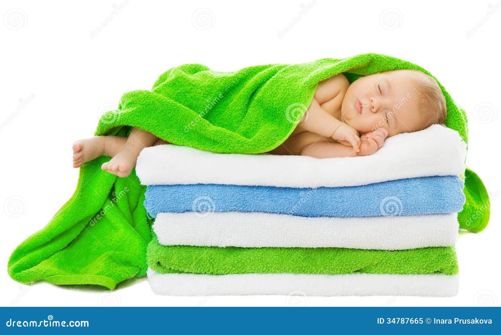 Baño En Tina Del Recien Nacido:El dormir recién nacido del bebé envuelto en toallas de baño sobre