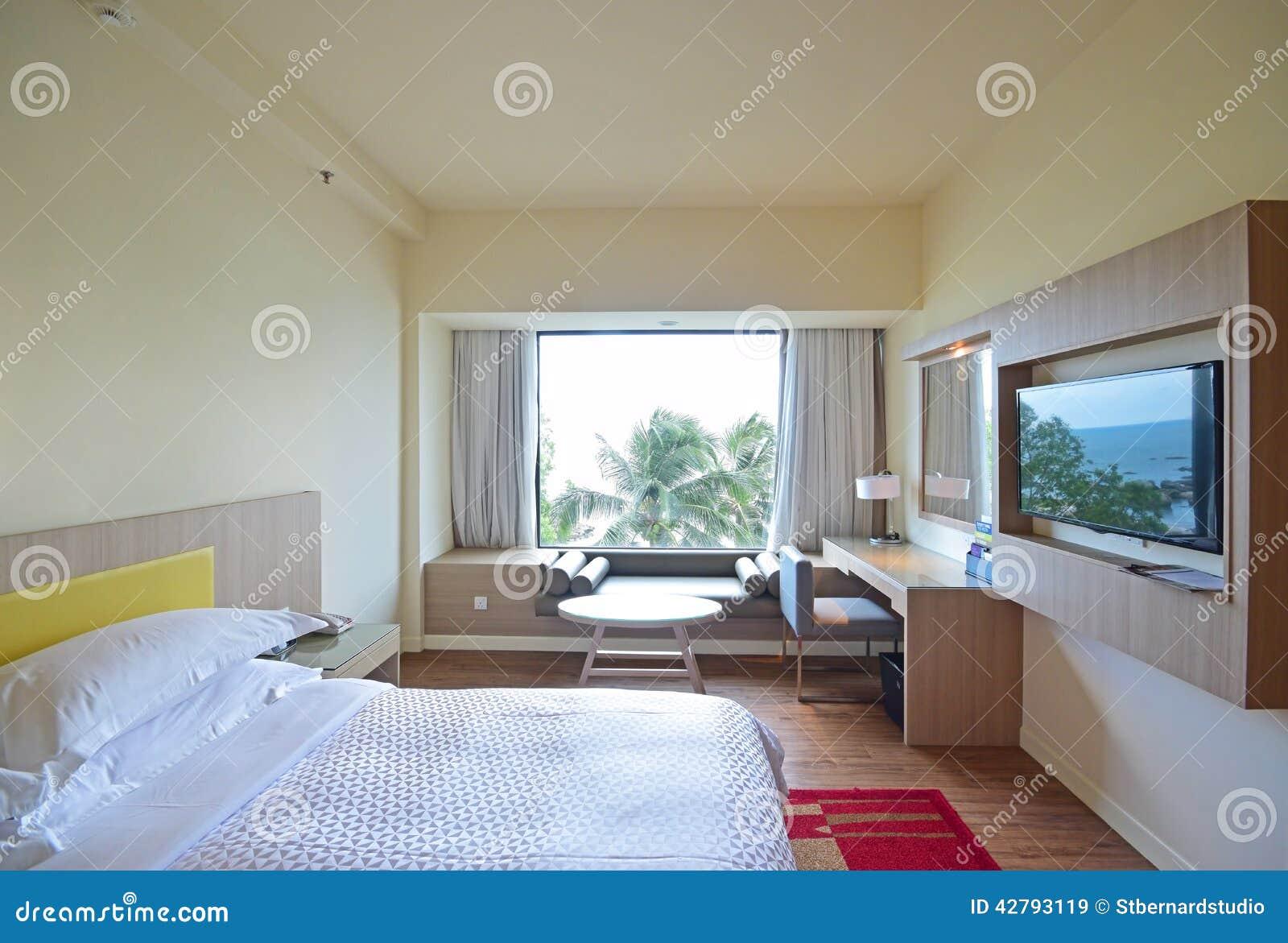 El dormitorio c modo con la opini n del mar reflej en la - Television dormitorio ...