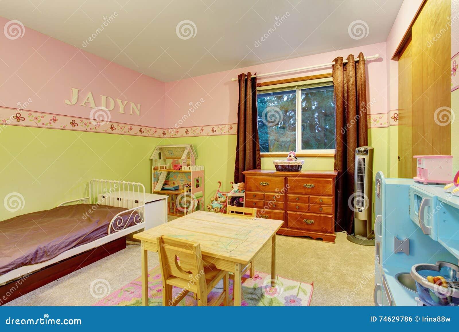 El dormitorio de los niños con rosa y verde pintó las paredes