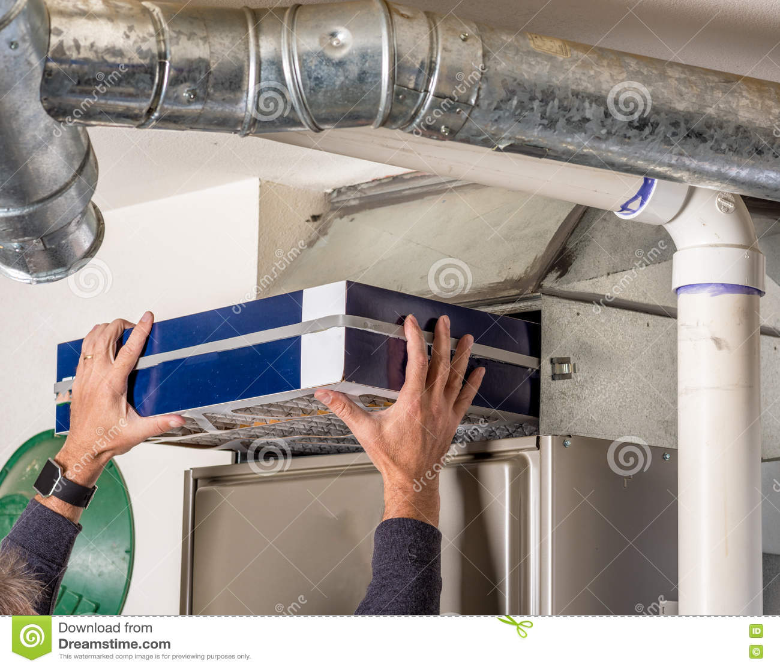El dueño de la casa substituye el filtro en su horno