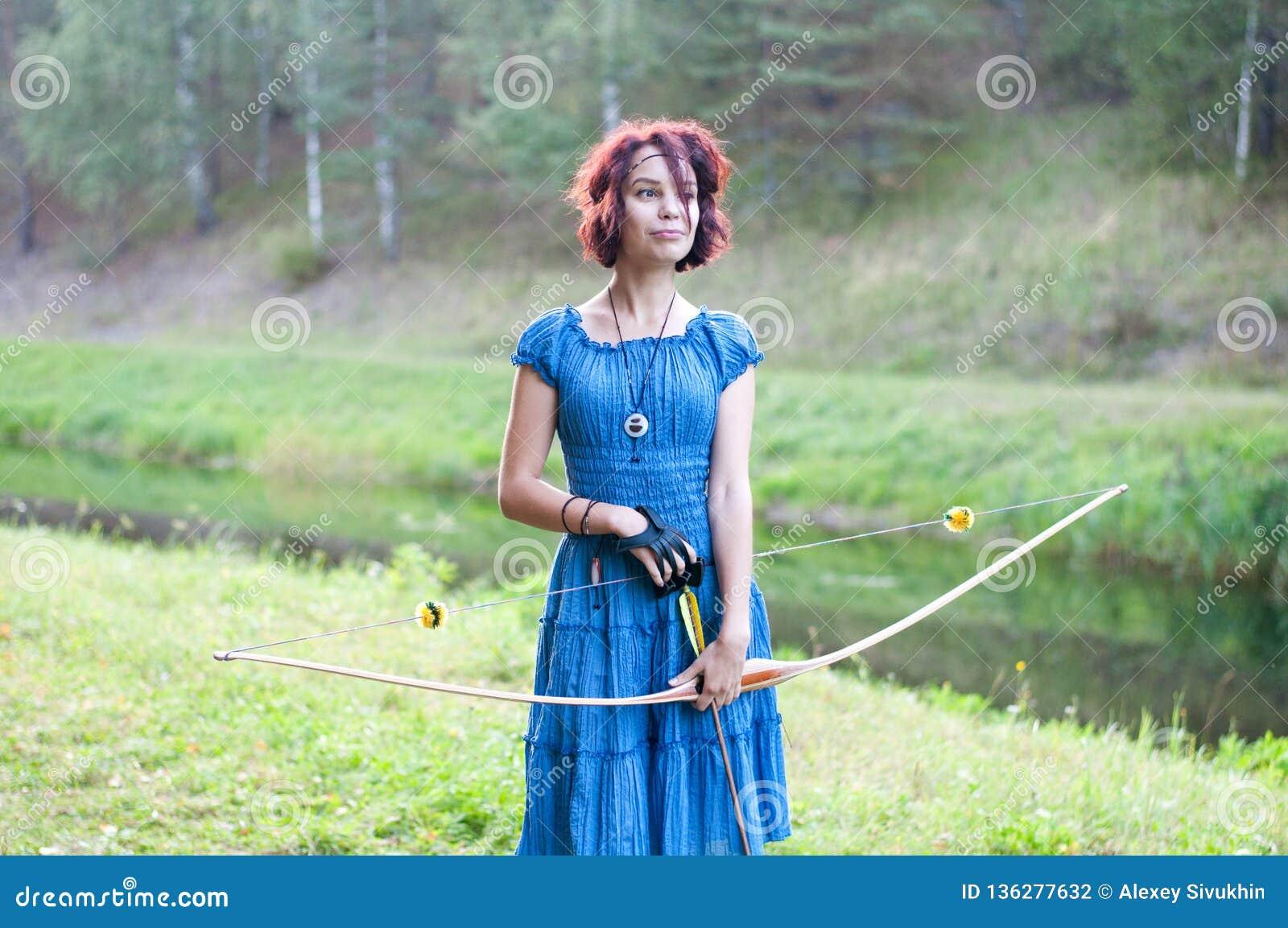 El duende joven y hermoso camina el color creativo, tono de moda