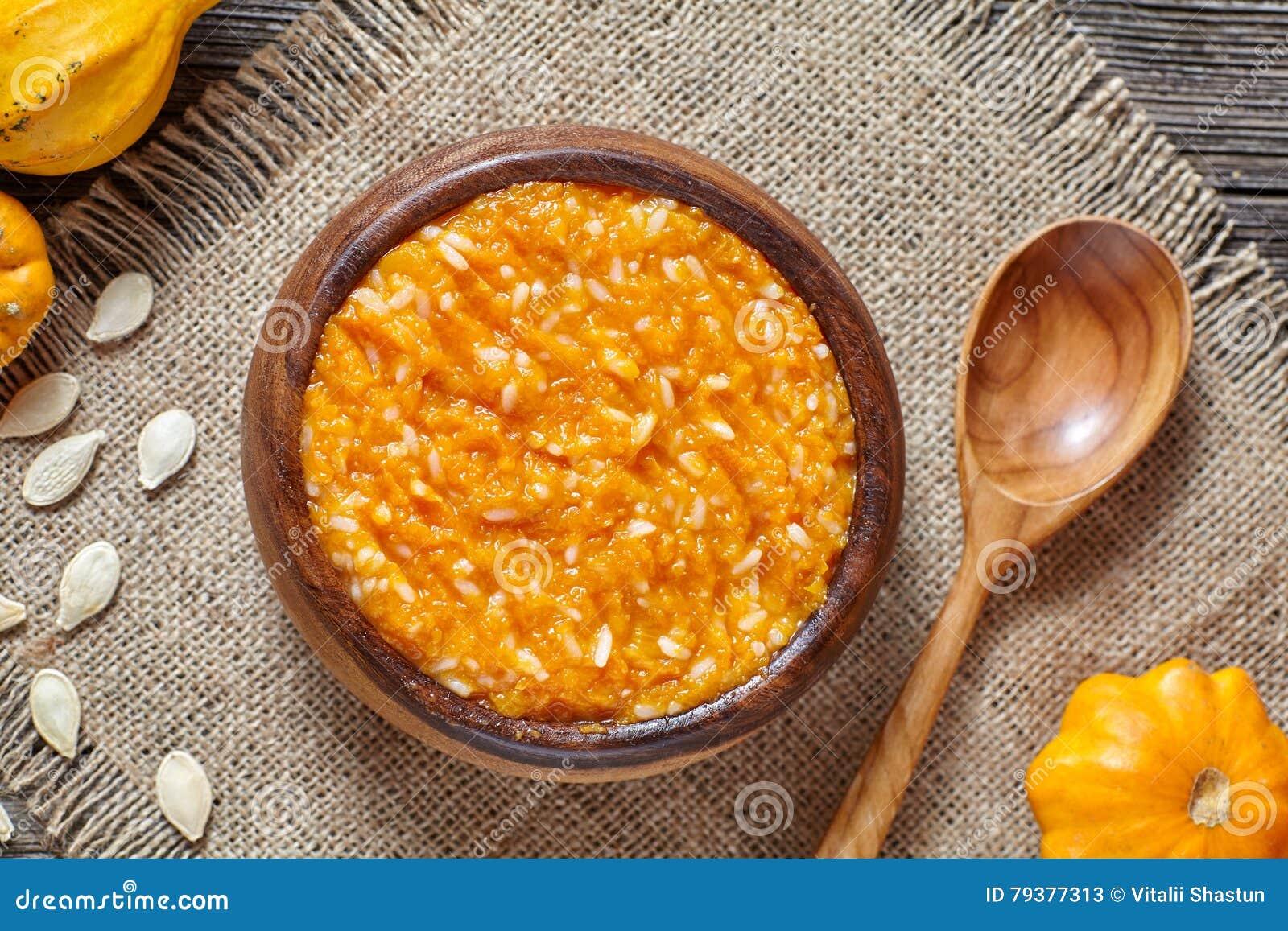 El dulce hecho en casa de la calabaza del arroz de las gachas de avena del desayuno estacional tradicional del pudín coció el pos