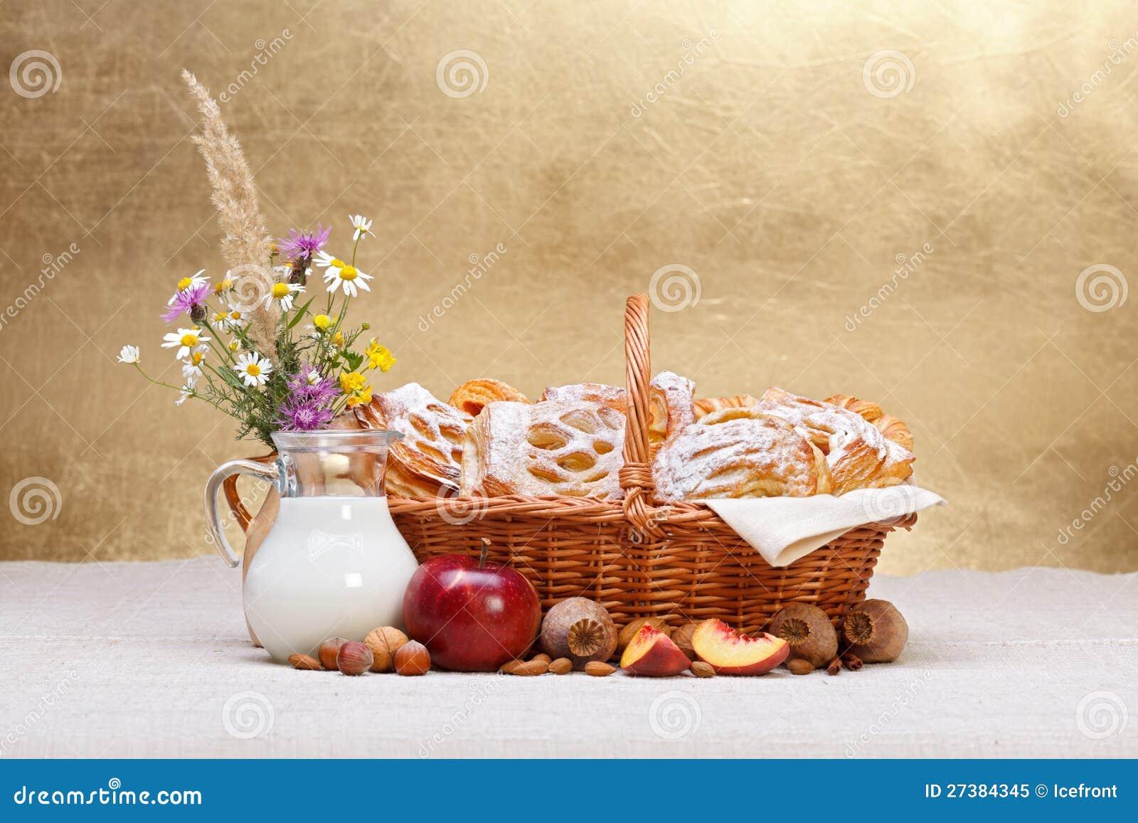 El dulce se apelmaza en la decoración de la cesta, de la fruta y de la leche