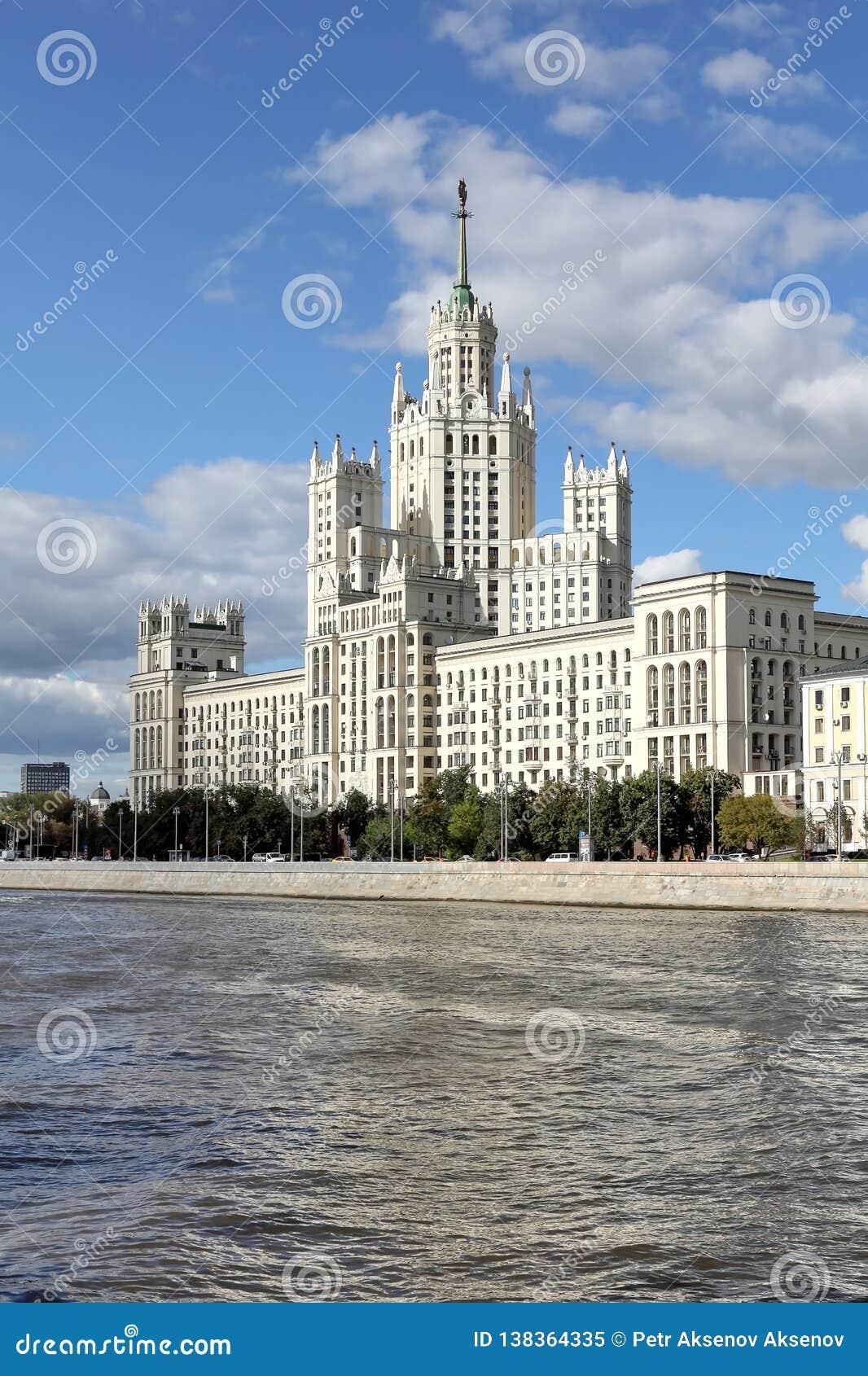 El edificio alto famoso en el terraplén de Kotelnicheskaya
