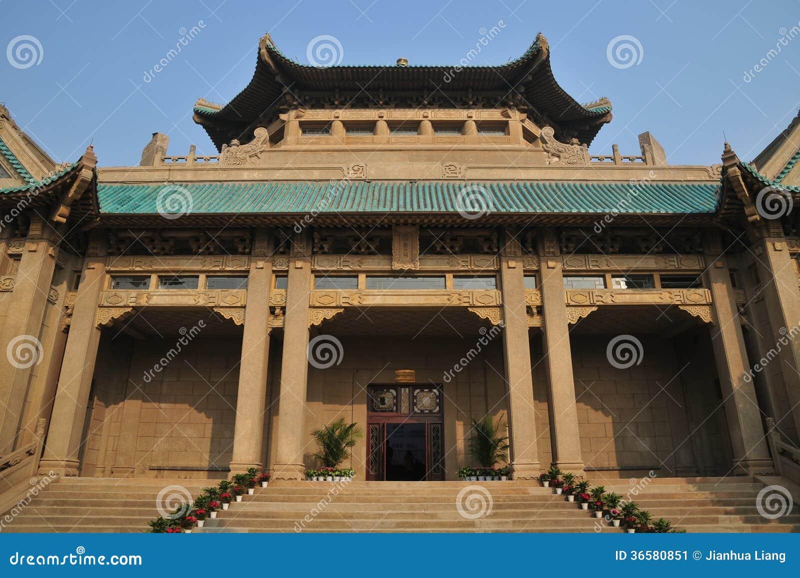 El edificio de biblioteca viejo de la universidad de Wuhan