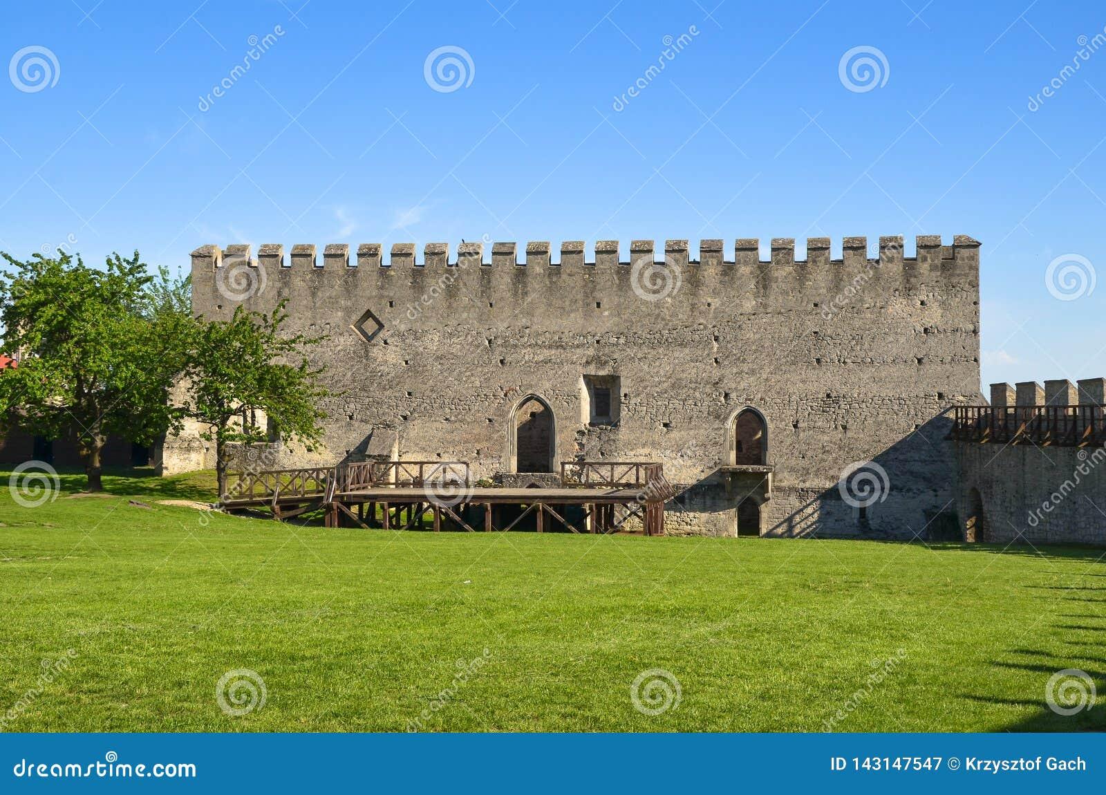 El edificio del castillo real en Szydlow, Polonia
