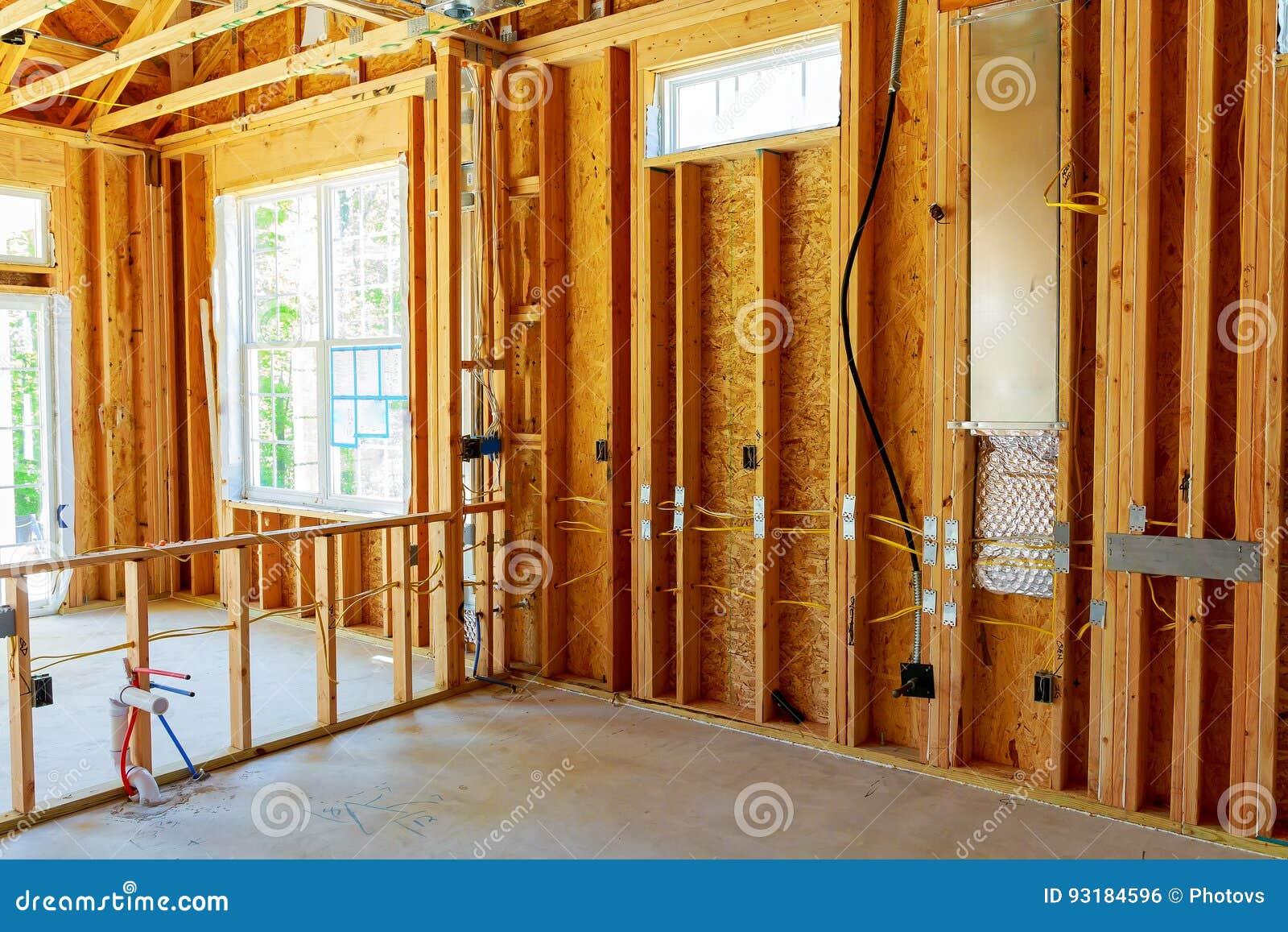 El edificio o la casa de marco con el cableado eléctrico básico