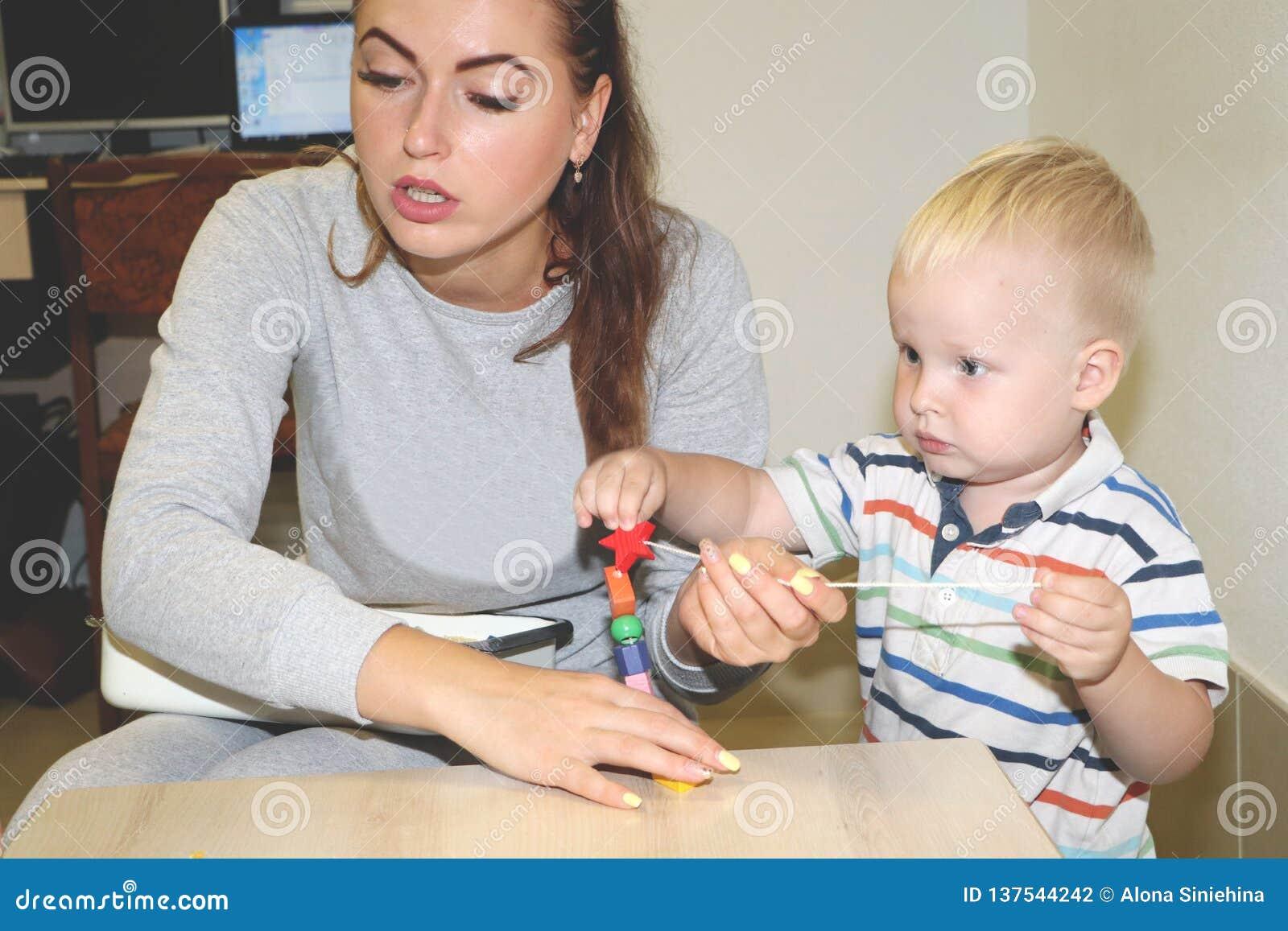 El educador trata del niño en la guardería Creatividad y desarrollo del niño
