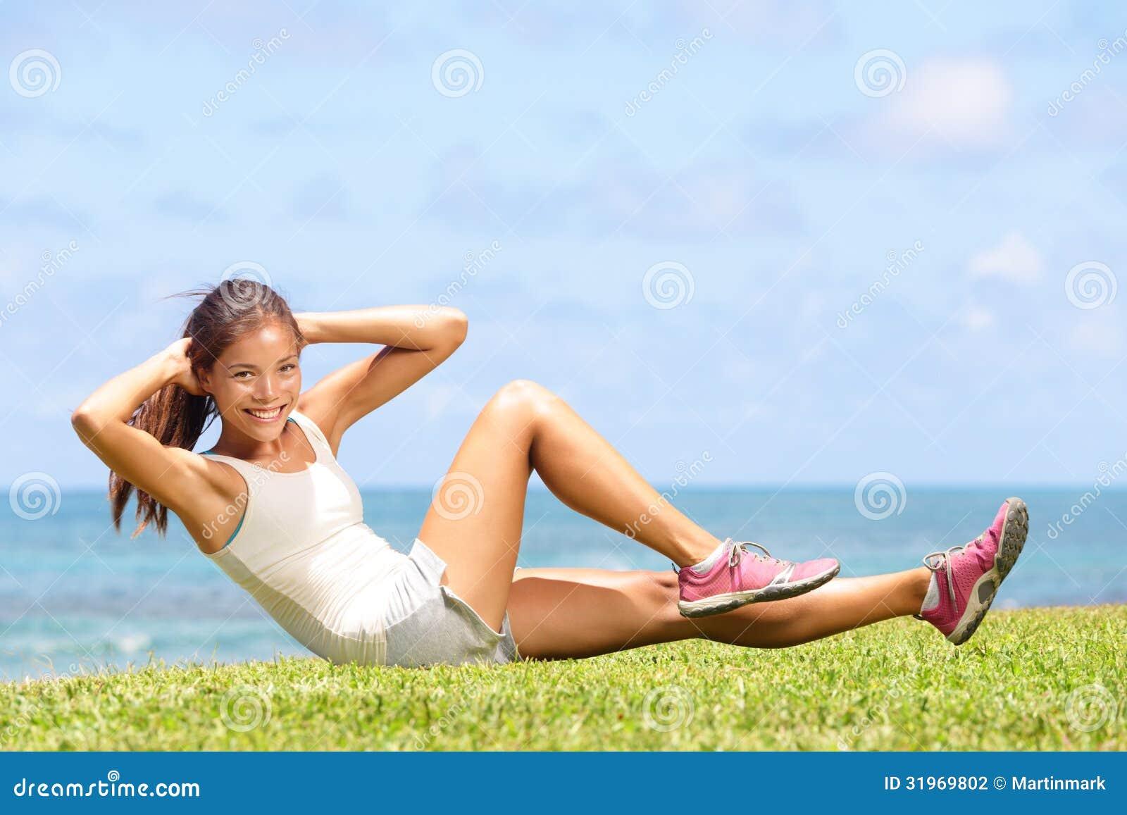 El ejercicio de la mujer de la aptitud que el hacer se sienta sube afuera