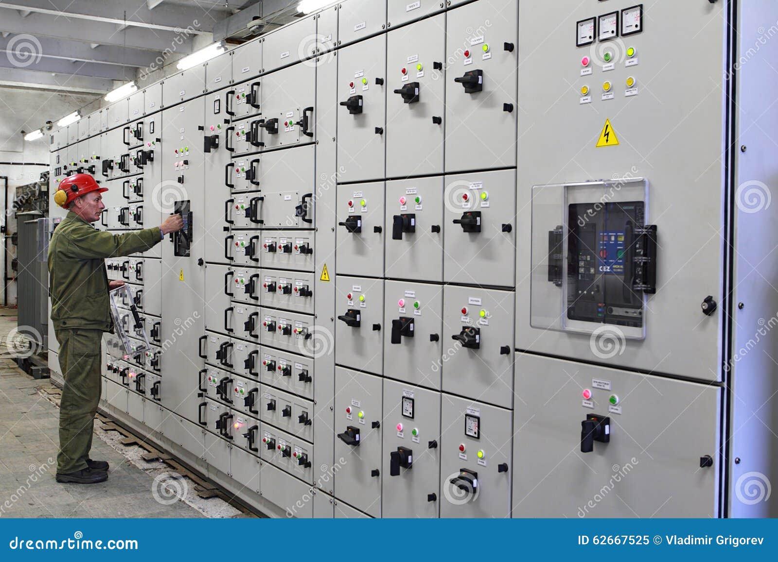 El electricista del ingeniero cambia el equipo del dispositivo de distribución