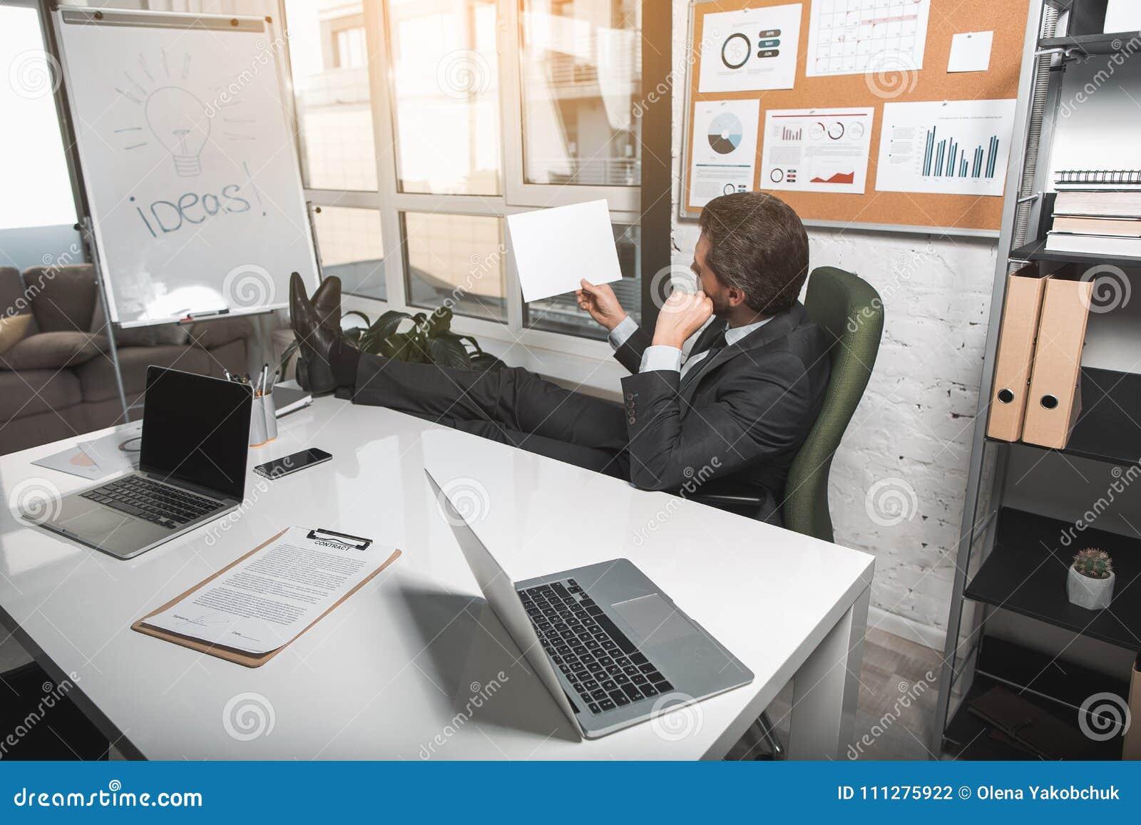 8d0f083571fe6 El Empleado Concentrado Está Trabajando En Oficina Foto de archivo ...