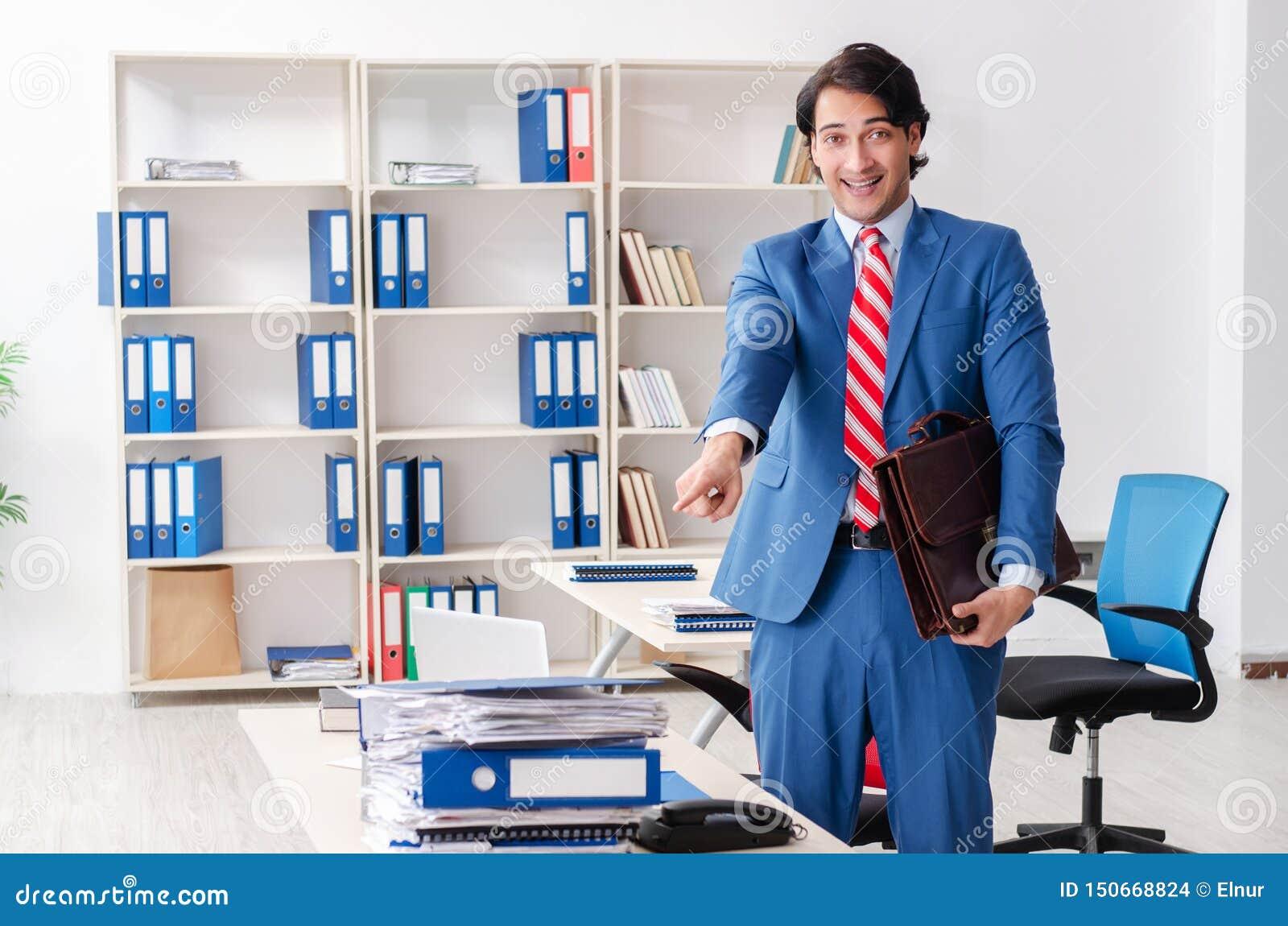 El empleado de sexo masculino feliz joven en la oficina