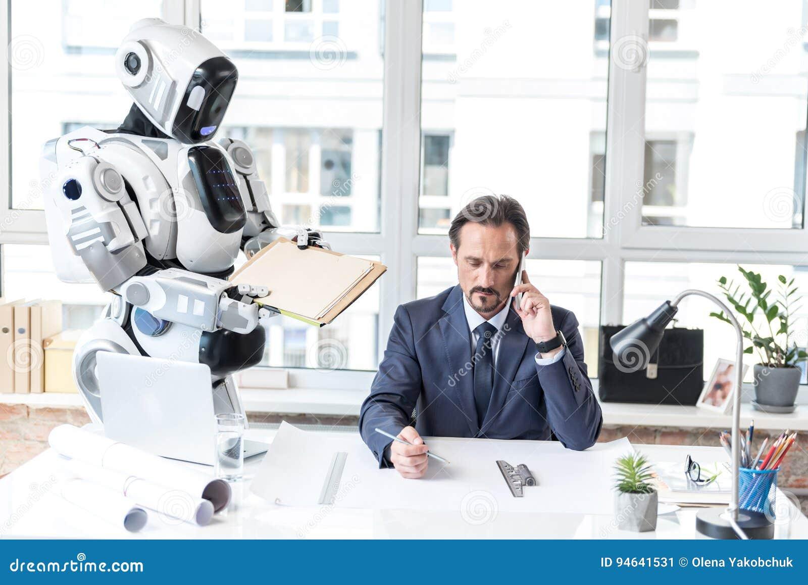 31b0bdf5bb545 El Empleado Ocupado Está Trabajando En Oficina Imagen de archivo ...
