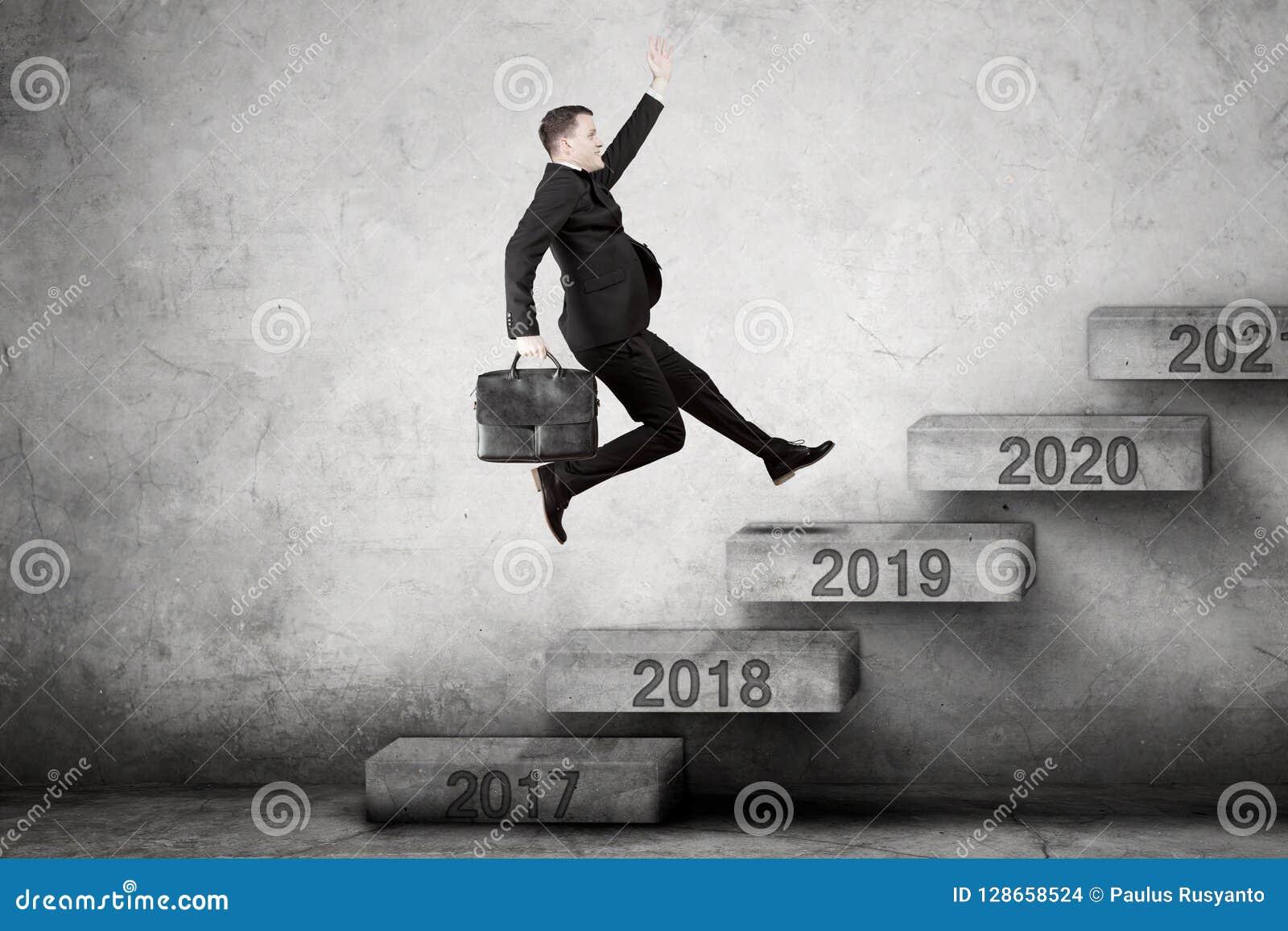 El empresario de sexo masculino sube para numerar 2019 en las escaleras