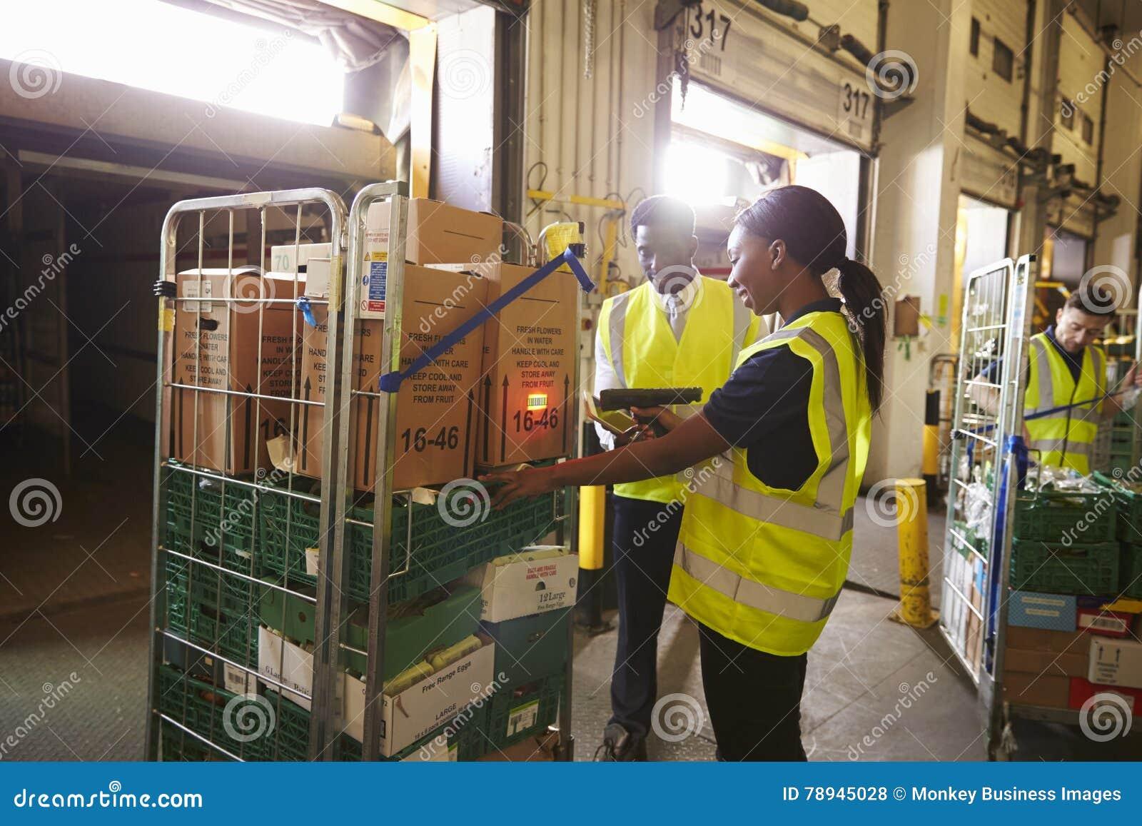 El encargado de Warehouse supervisa a una mujer que prepara una entrega