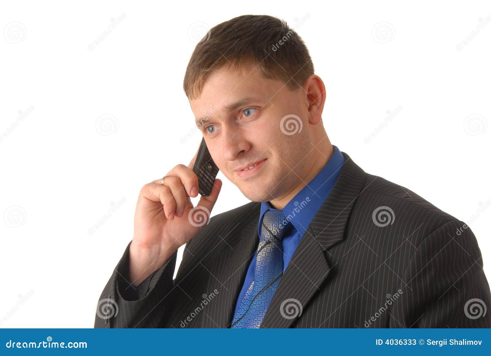 El encargado habla en el teléfono