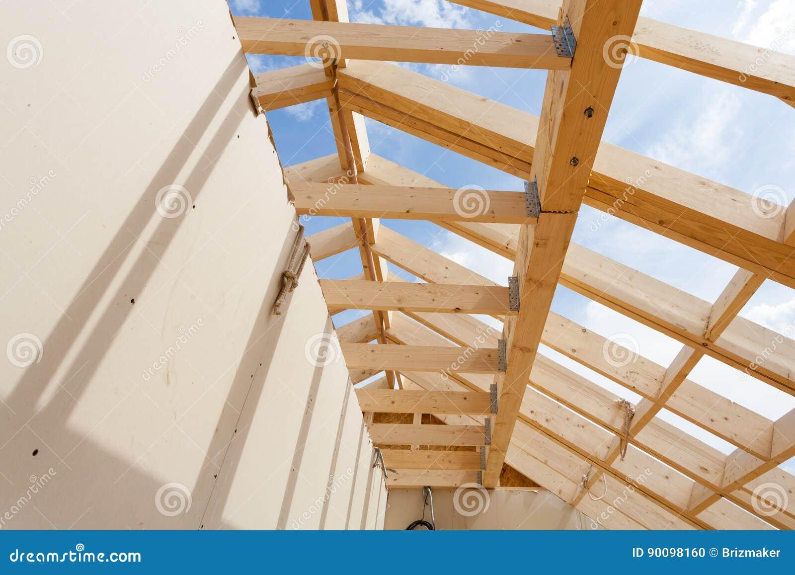 El Enmarcar Casero De La Nueva Construcción Contra El Cielo Azul ...