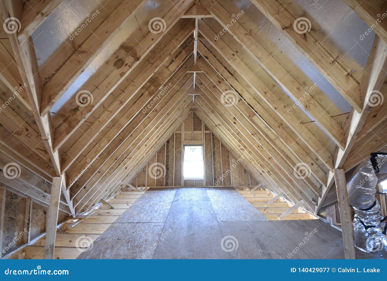 El enmarcar del ático y construcción casera de la vigueta nueva