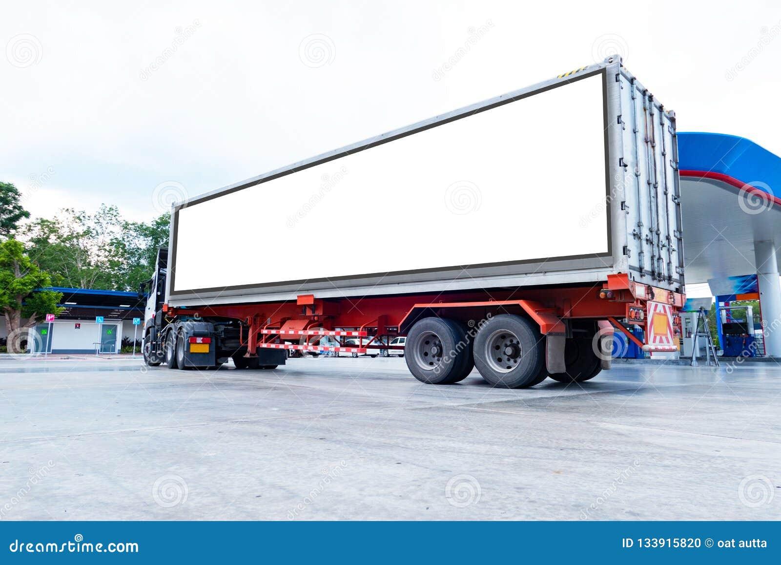 El envase acarrea logístico en camión del cargo en el camino Cartelera blanca vacía Espacio en blanco para el texto y las imágene