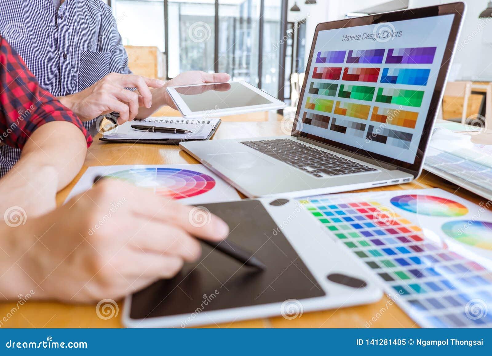 El equipo de reunión creativa del diseñador gráfico que trabaja en nuevo proyecto, elige color de la selección y el dibujo en la