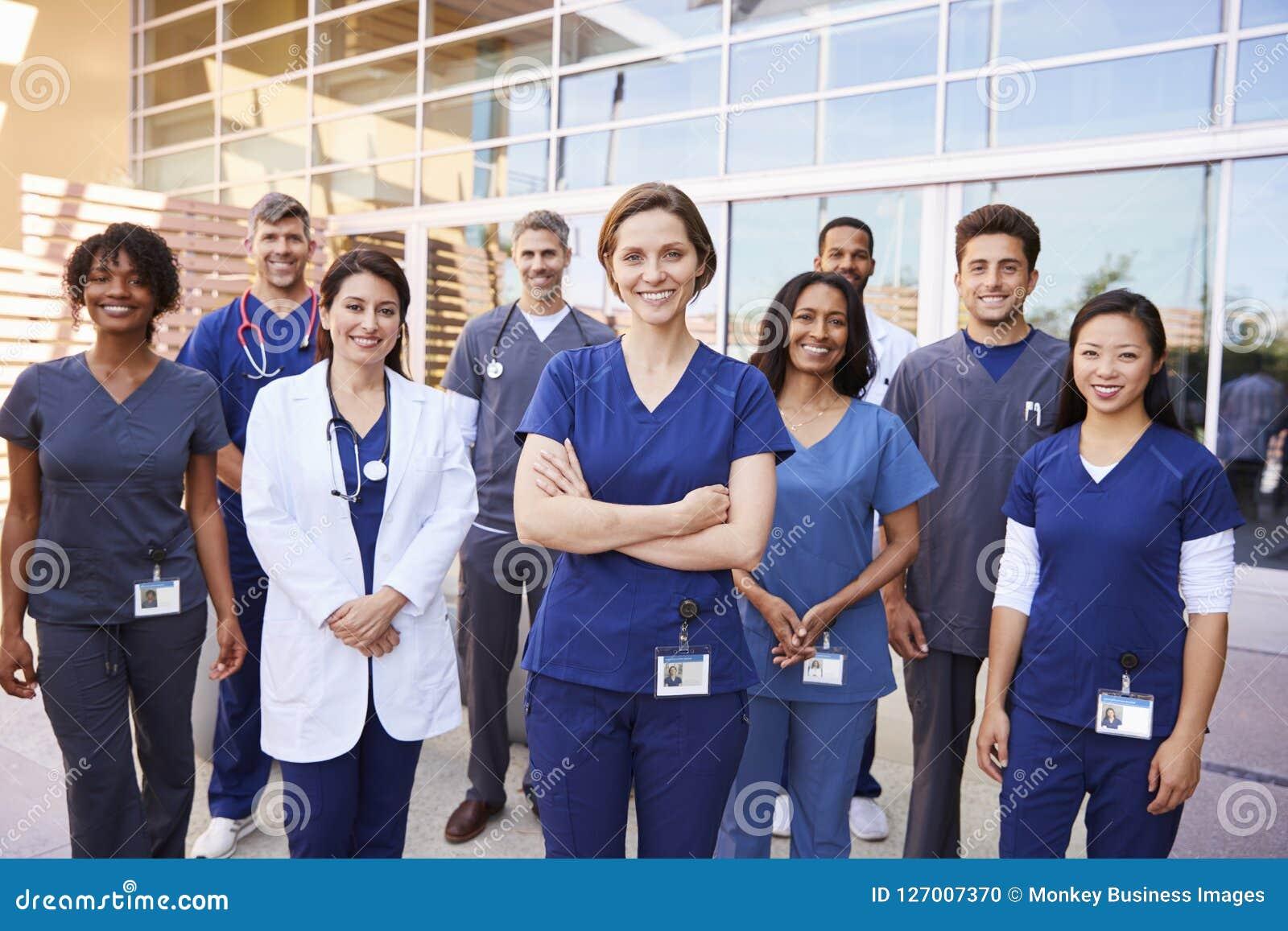 El equipo de trabajadores de la atención sanitaria con la identificación badges fuera de hospital