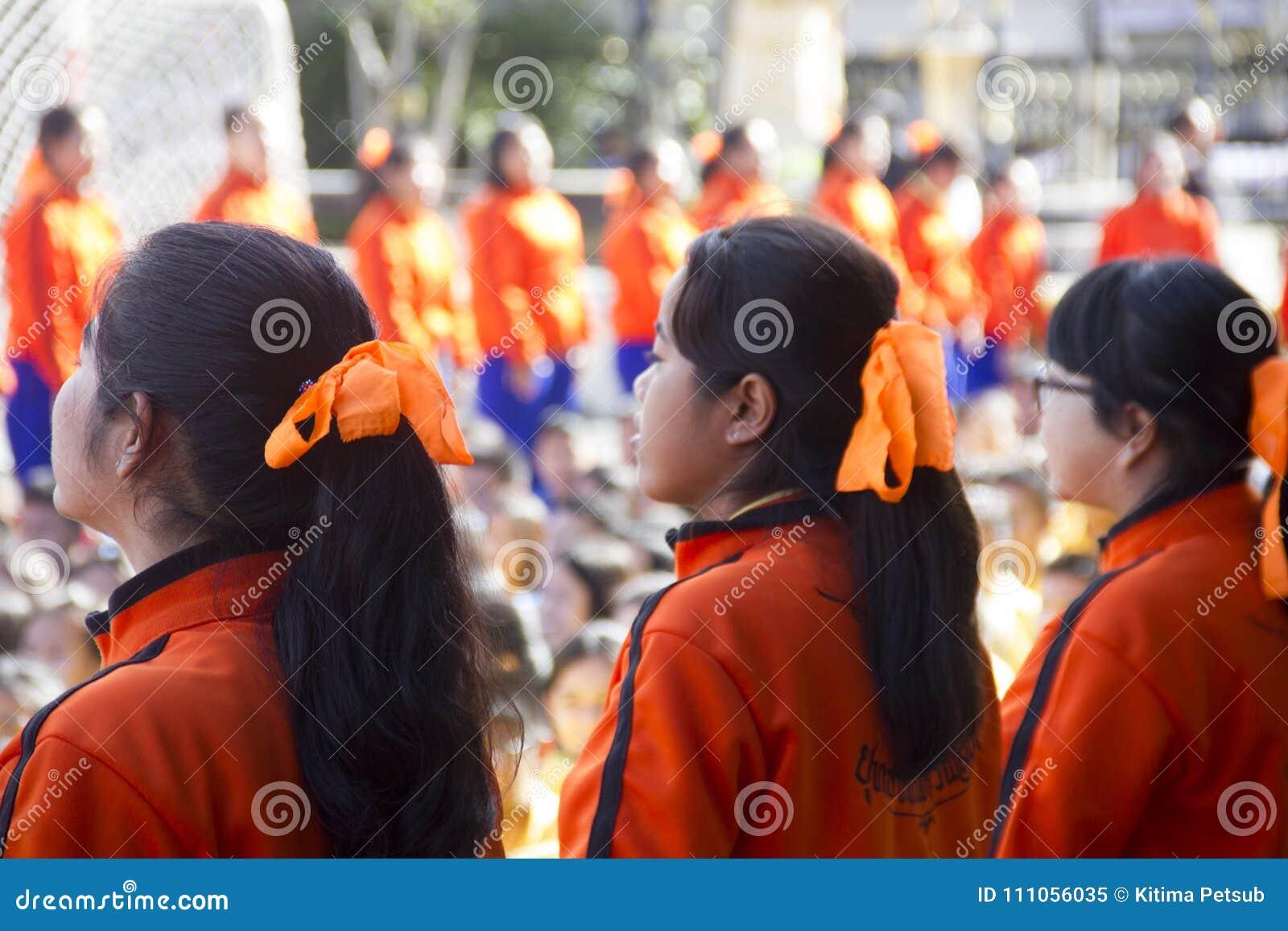 El equipo del líder de estudiantes trae para animar en día del día escolar del deporte