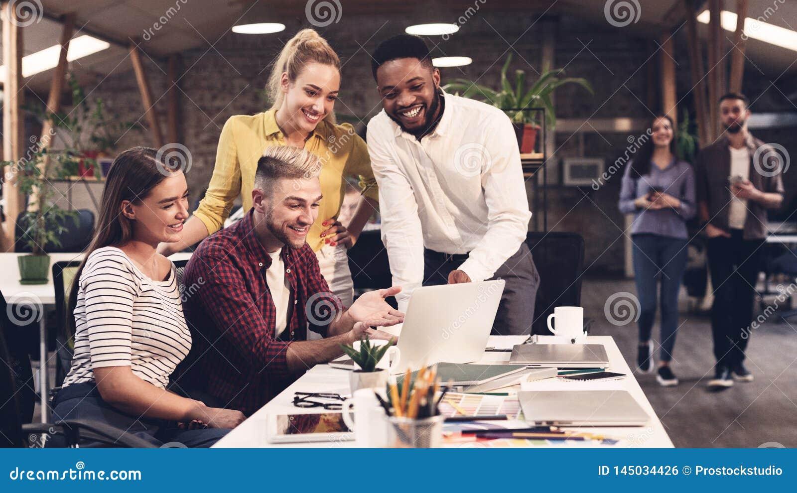 El equipo del negocio que busca la información para proporciona ideas en nuevo proyecto