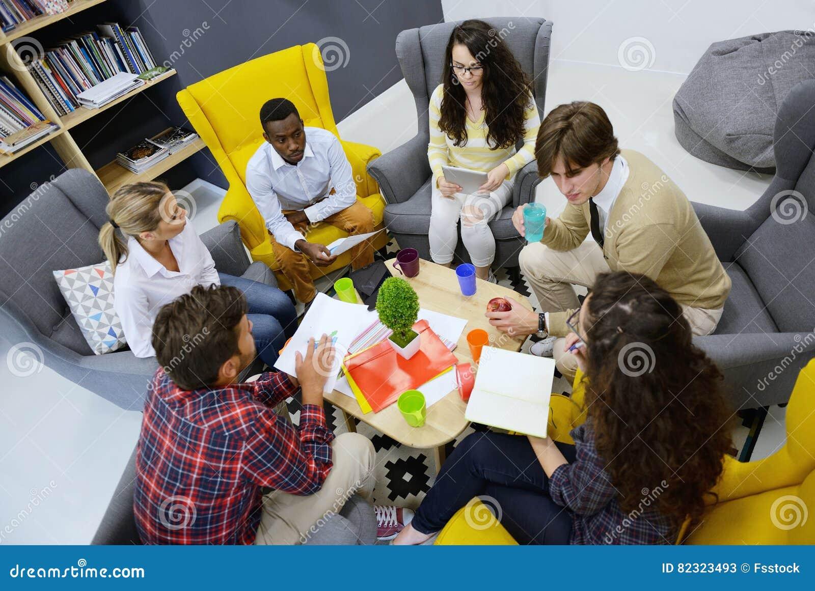 El equipo joven de freelancers que buscan la información que hace negocio encarga a consulta